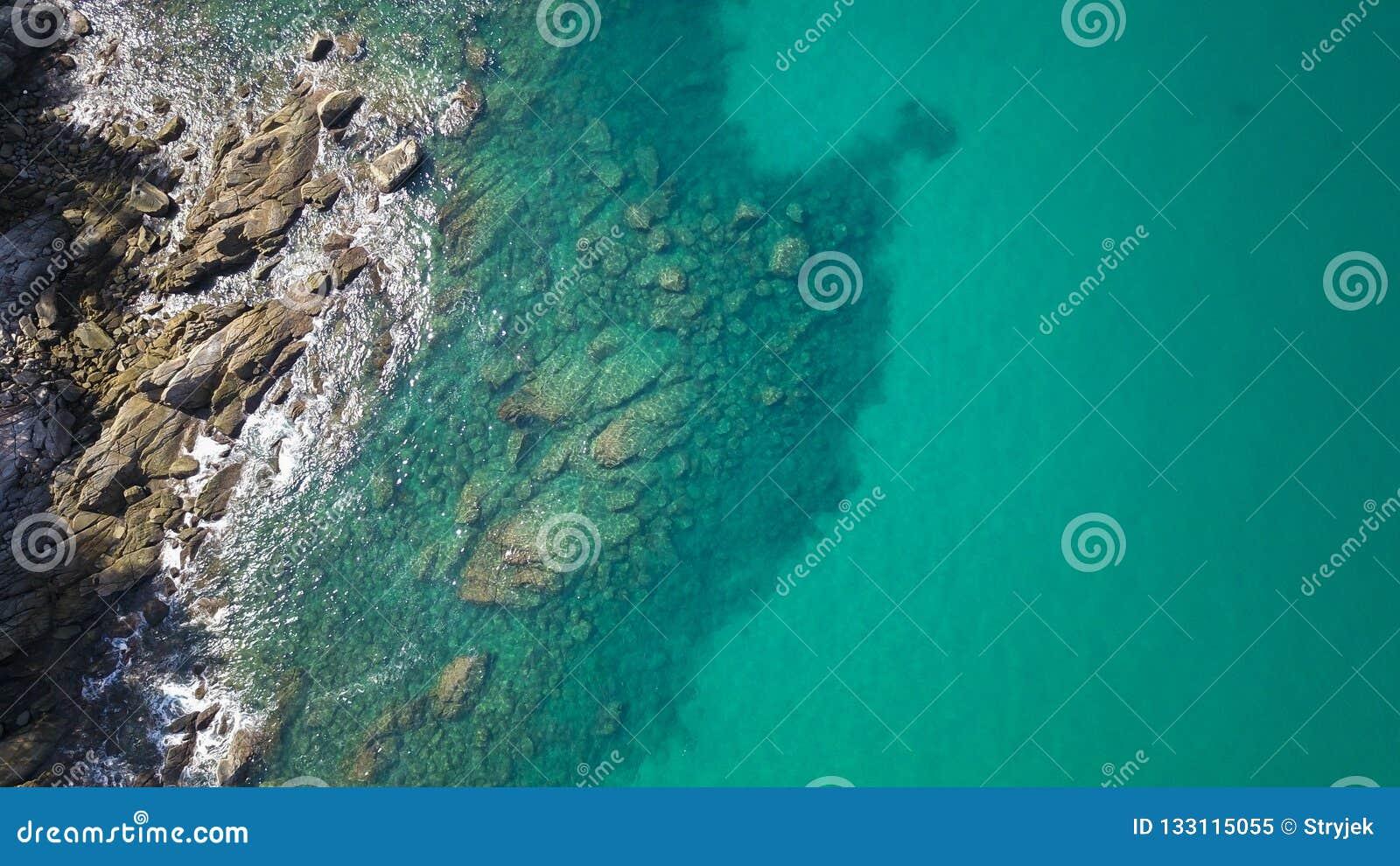 Satellietbeeld van transparante ondiep water en overzeese oceaan