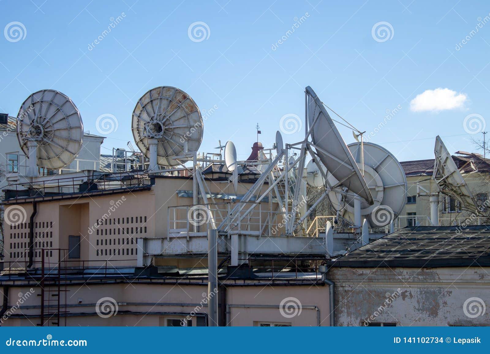 Satellietdieschotels op de daken van huizen, Internet en mededeling worden geïnstalleerd