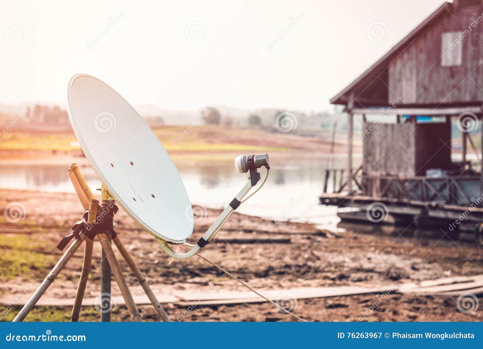 Satellit- disk som installeras i bygden