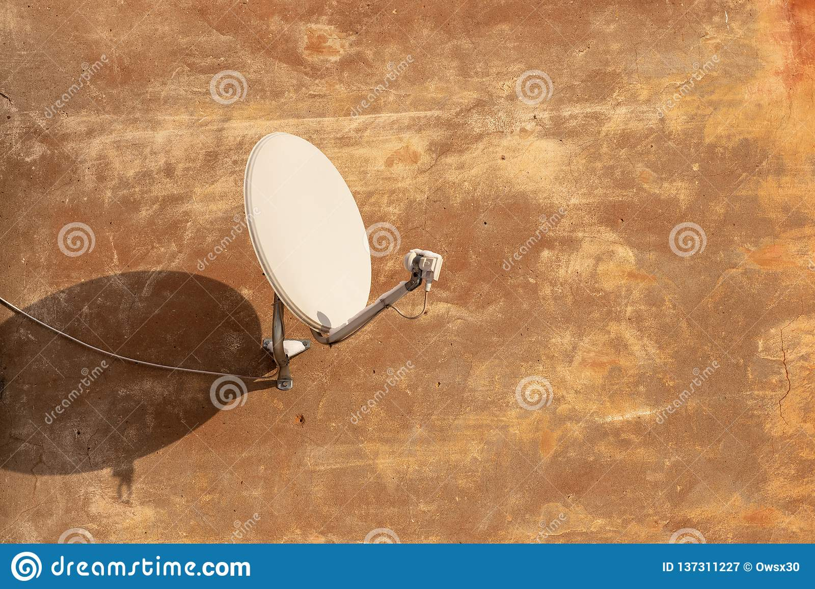 Satellite antenna for receiving digital TV signal on plastered wall