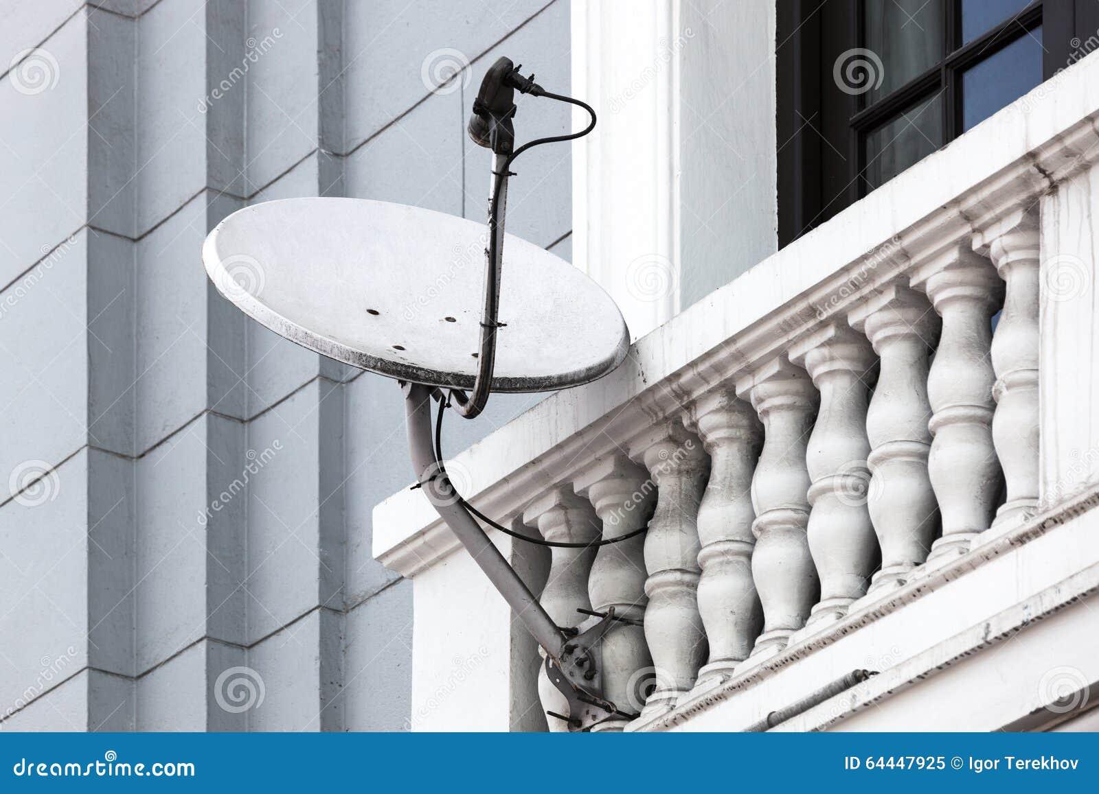 Balkon Satellitenschã¼Ssel | Satellitenschussel Auf Dem Balkon Stockbild Bild Von Haus Grau