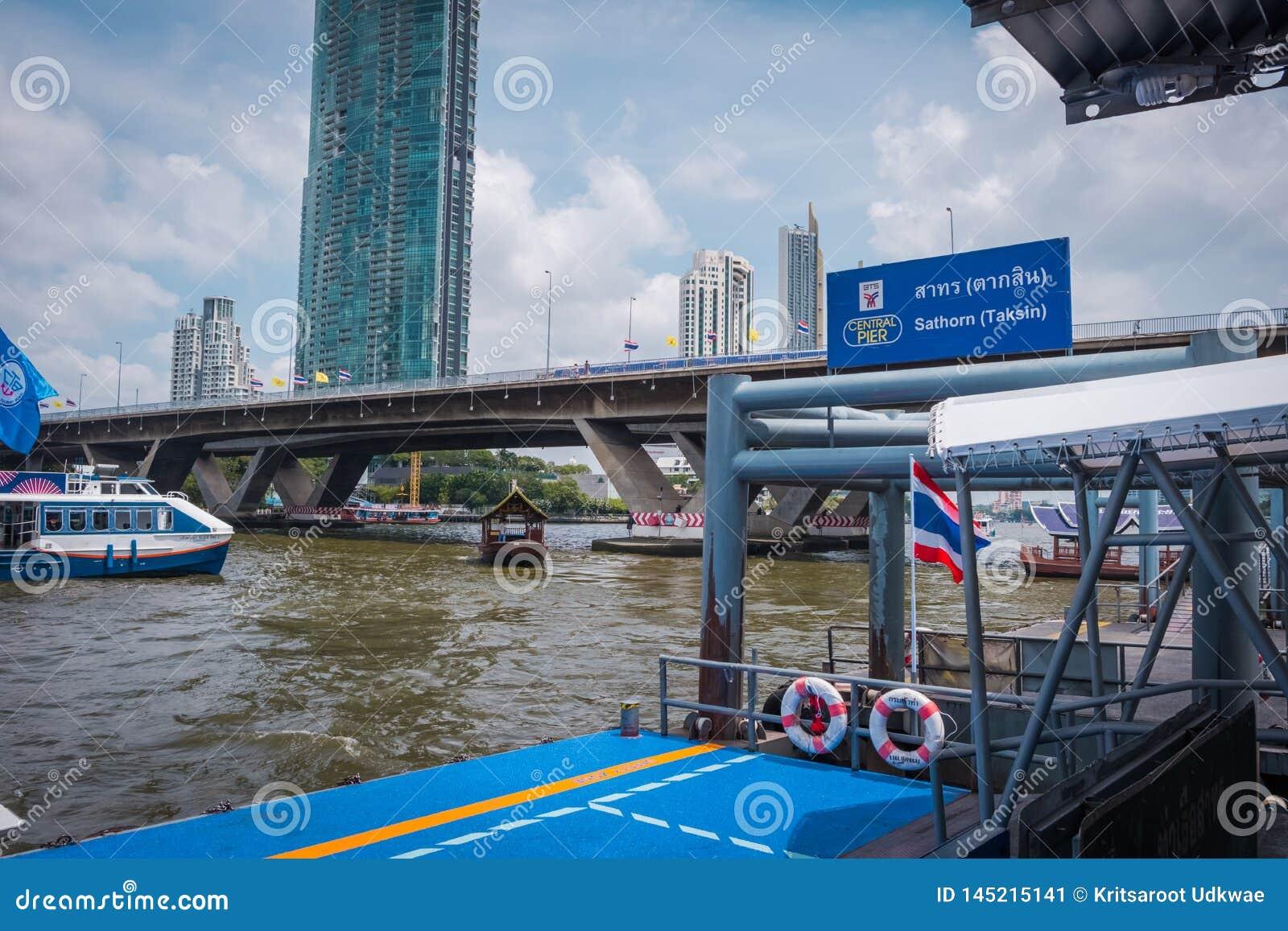 Sathorn pir på anslutningen med BTS Saphan Taksin i Bangkok, Thailand
