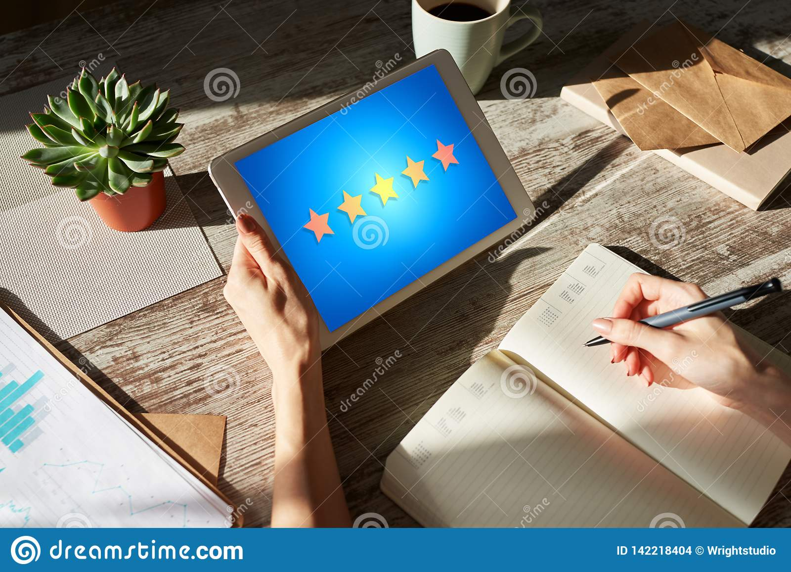 Satisfacción de la experiencia del cliente, reacción, comentario Protagoniza el icono en la pantalla del dispositivo