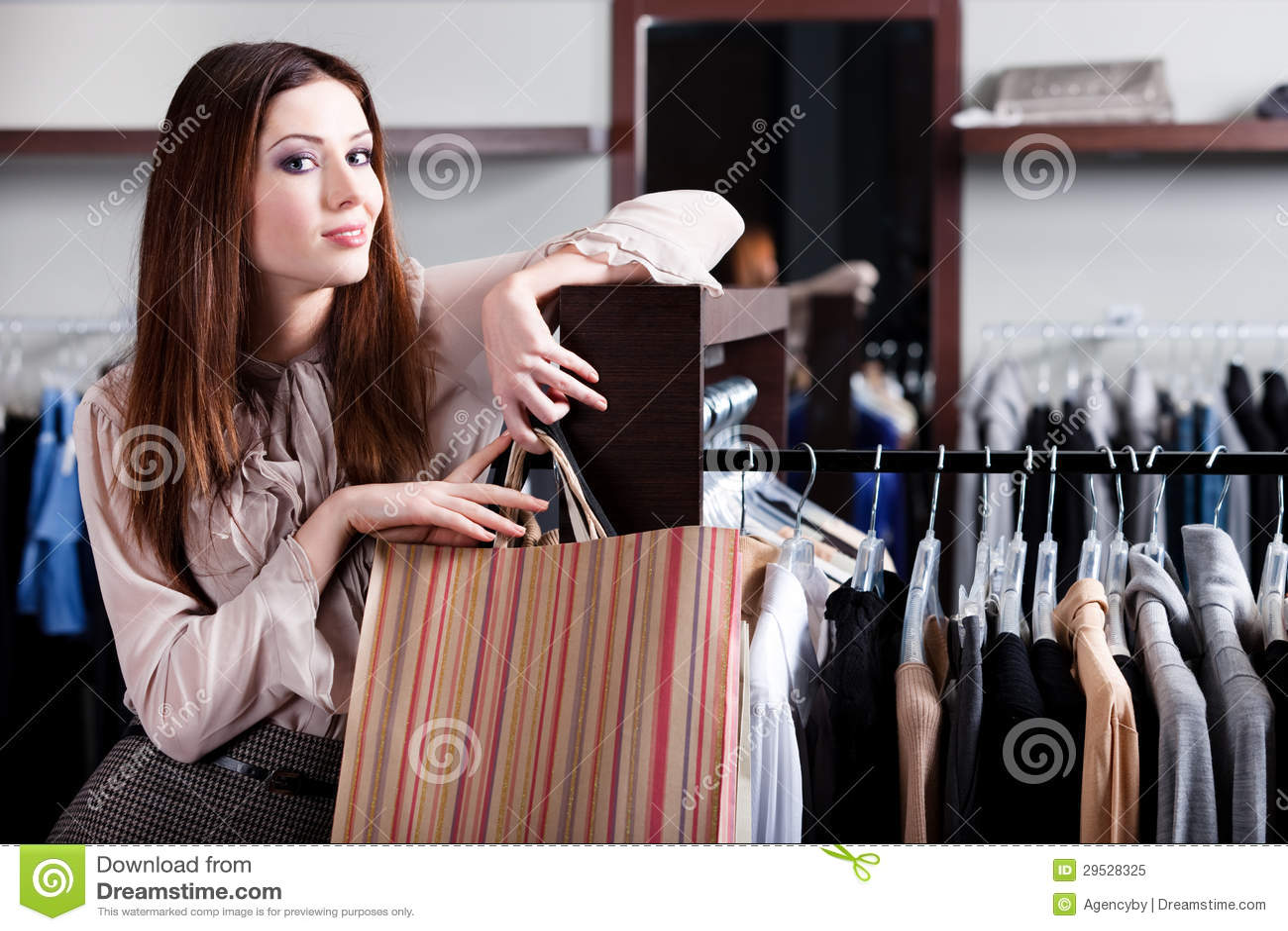 Satisfeito com a mulher das compras leva sacos de papel
