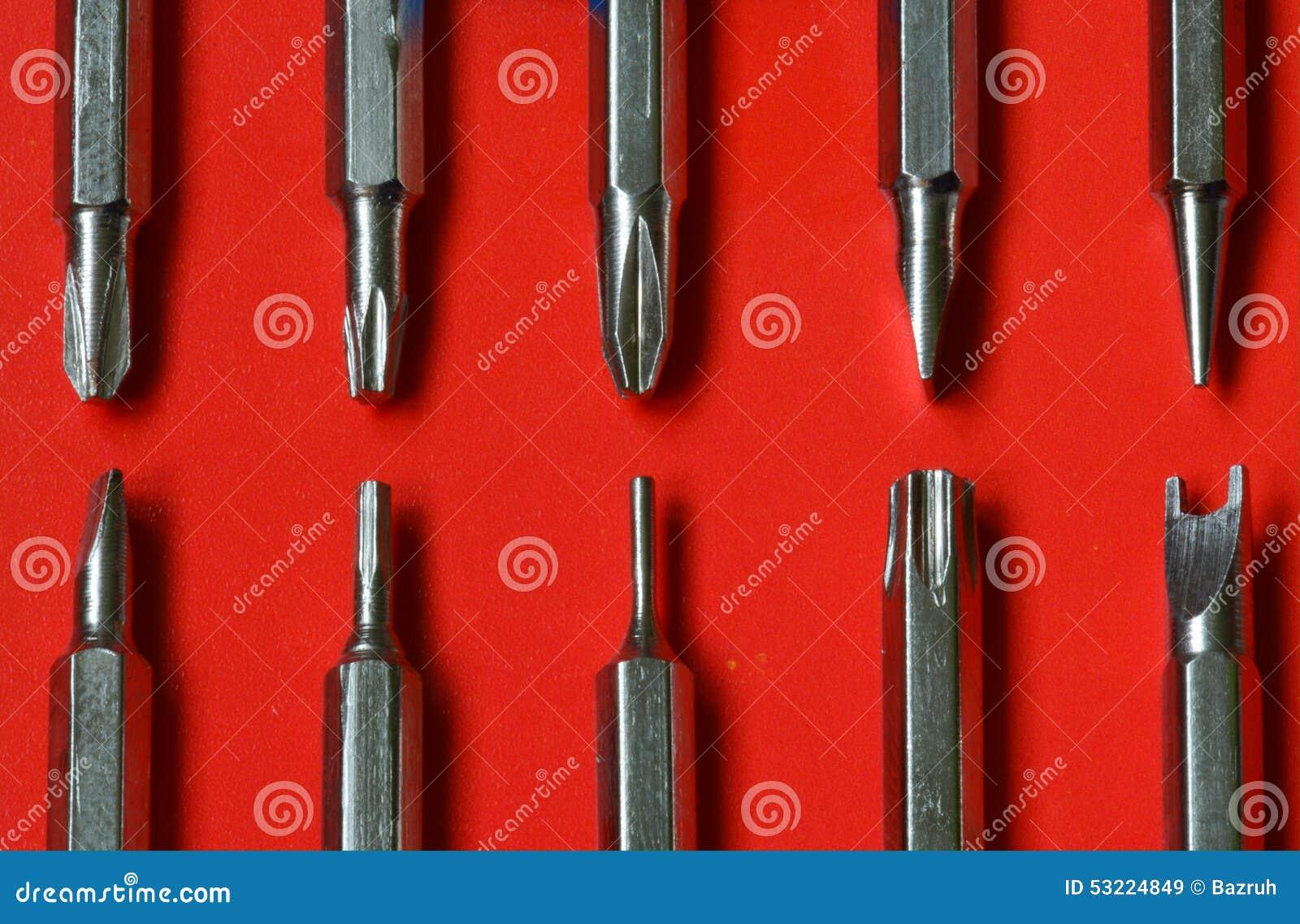 Satz austauschbare Schraubenzieher auf rotem Hintergrund