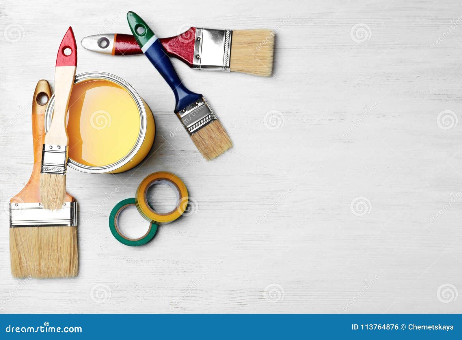 Satz Dekorateur ` s Werkzeuge auf hölzernem Hintergrund