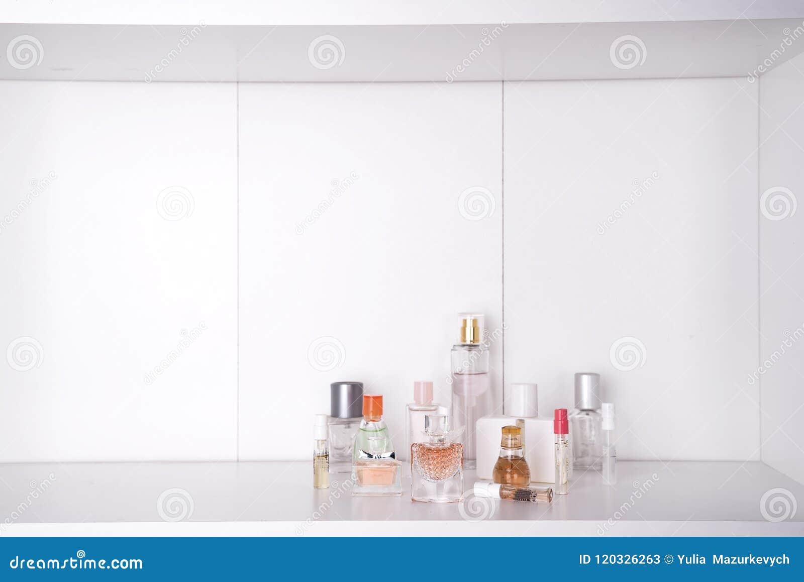 Satz der verschiedenen Frau parfümiert O-Weißhintergrund