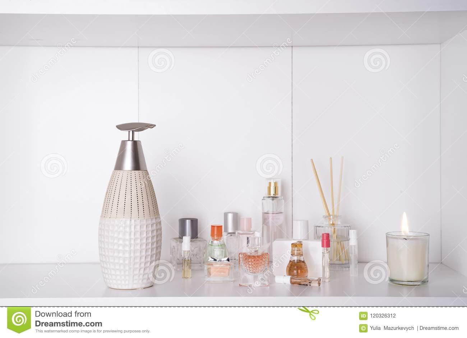 Satz der verschiedenen Frau parfümiert O-Weißhintergrund Aromatherapy Badekurortset