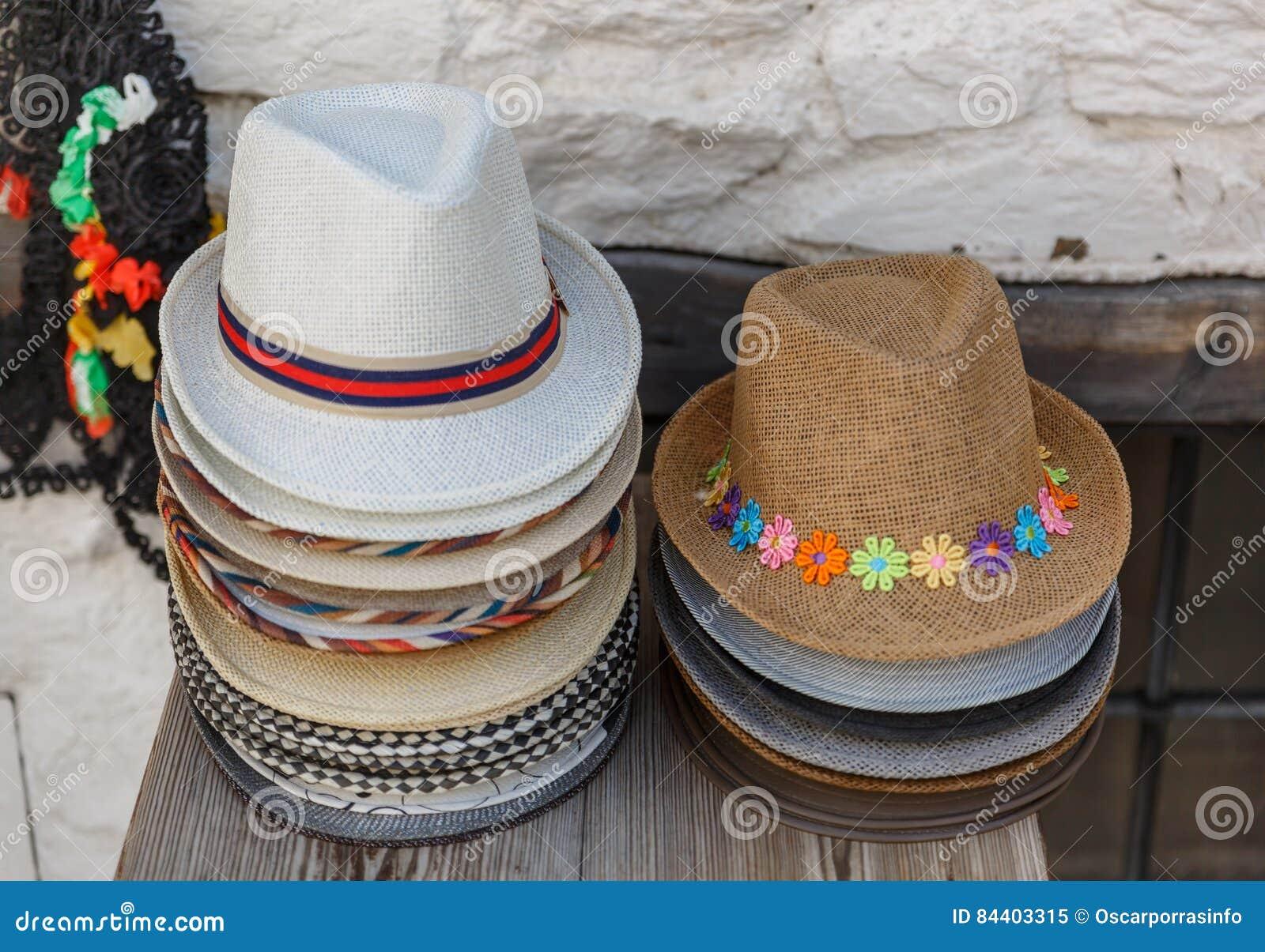 Satz Hüte der selben Größe, aber der unterschiedlichen Ästhetik