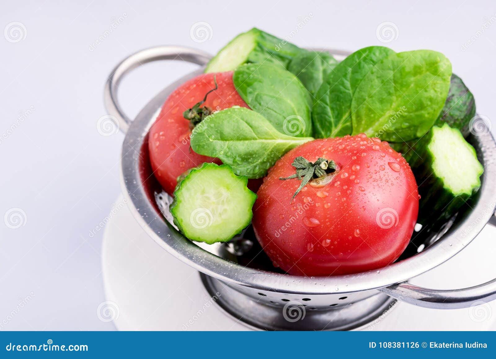 Satz rohes Gemüse geschmackvoll und schöner Tomaten-Gurken-Avocado-Spinat Gray Background Close Up Ingredients für Salat