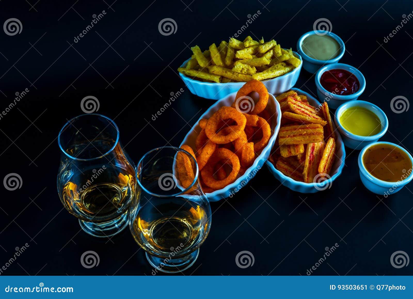Satz Snäcke mit verschiedenen Bädern und einzelnes Malz in einem Glas,