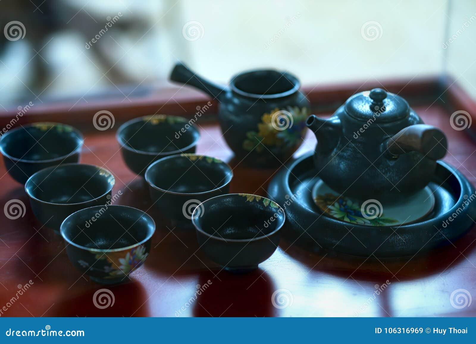 Satz von Teekannen und von alten Teeschale auf dem Tisch