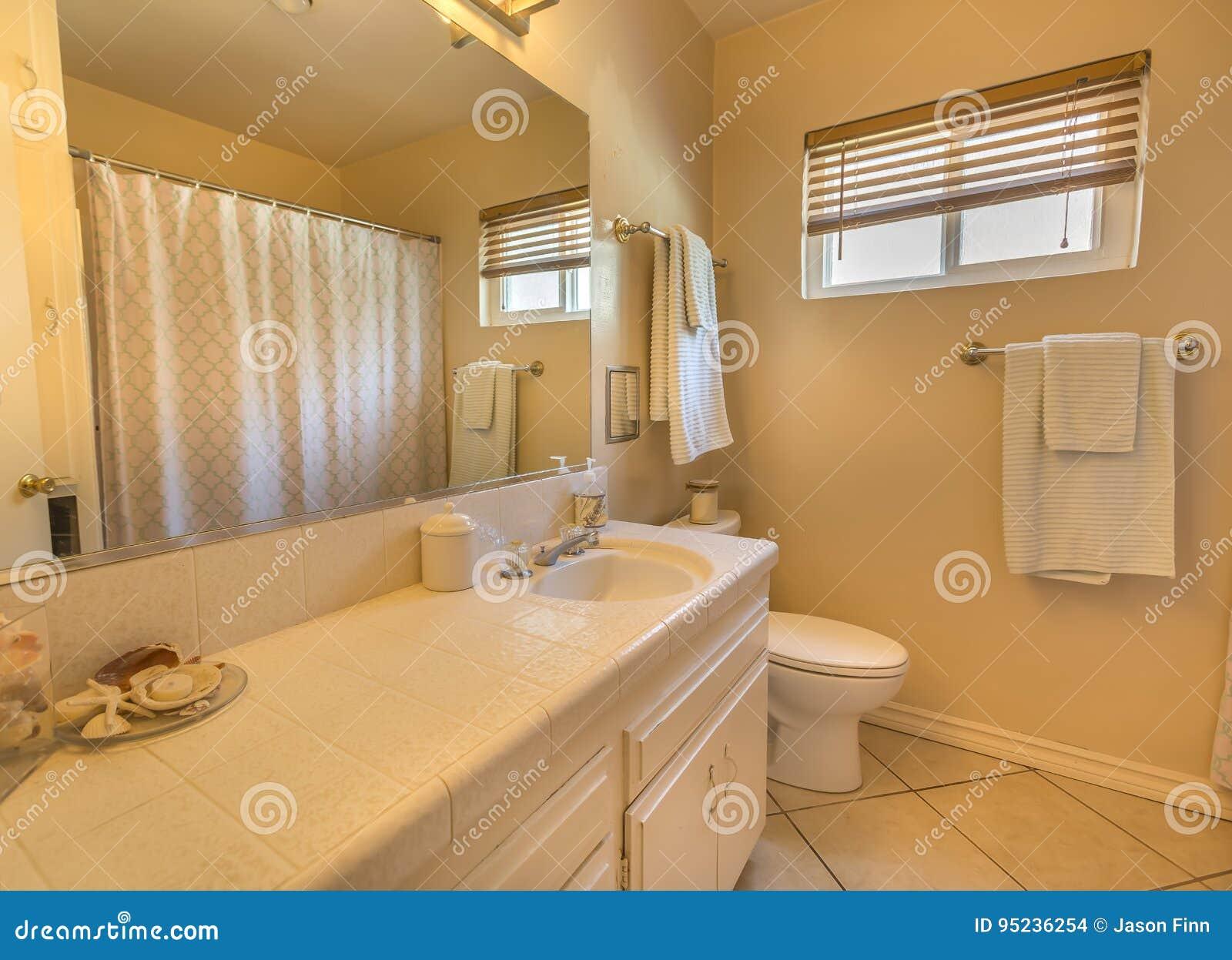 Sauberes Und Gemütliches Badezimmer In Stadtwohnung ...