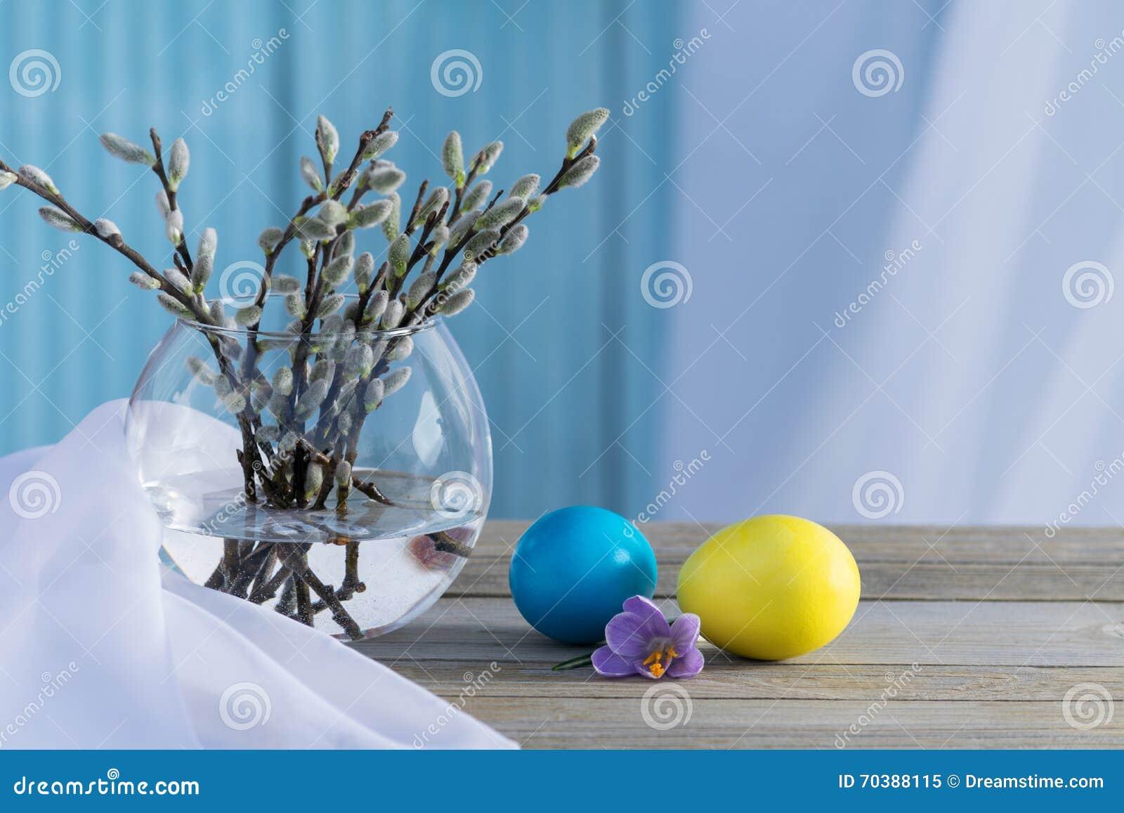 Sauce floreciente con los huevos coloreados