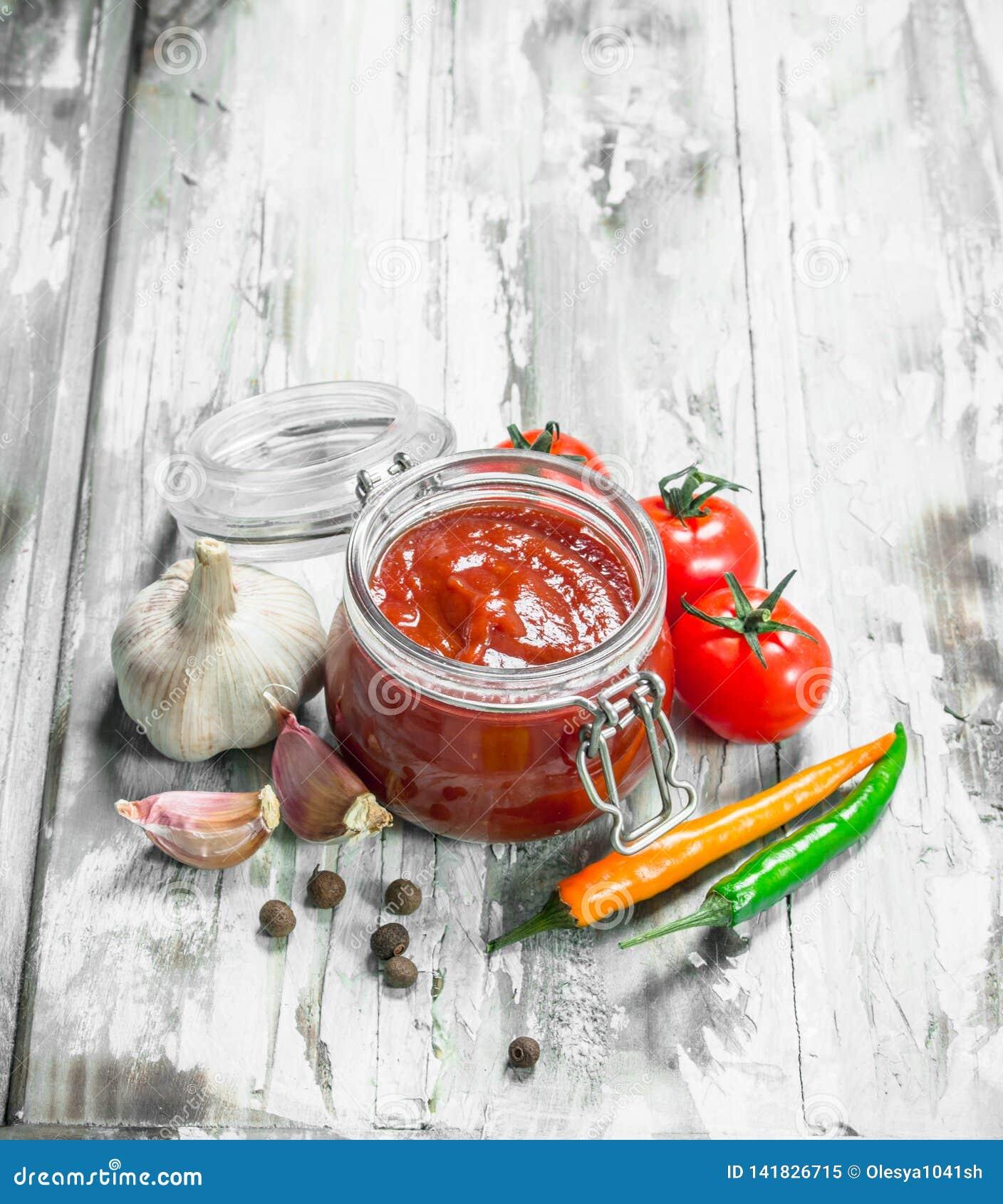 Tomate En Pot Conseil sauce tomate en pot et épices image stock - image du libre