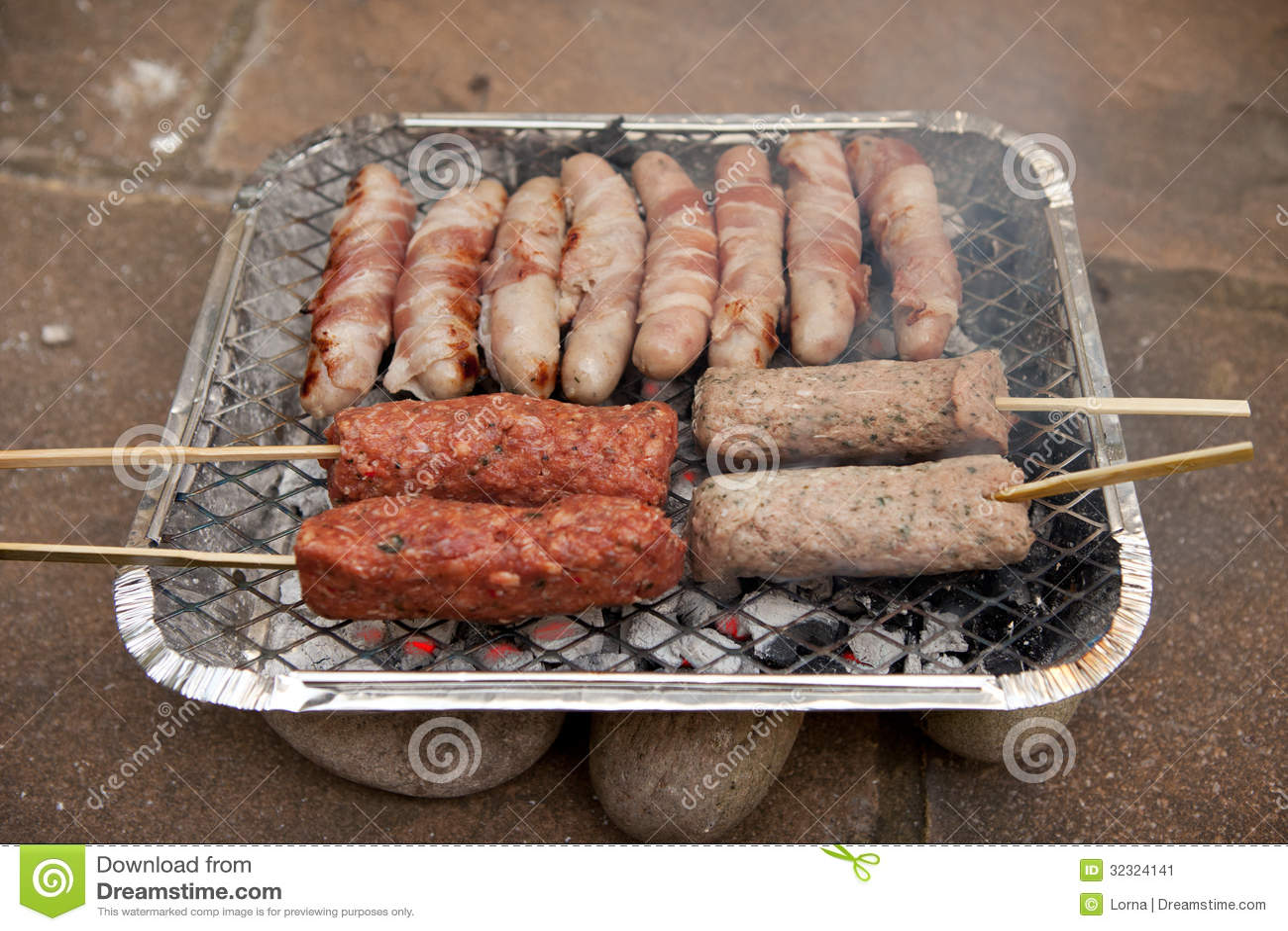 saucisse de chiche kebab de barbecue de bbq jetable image stock image du cuisinier heat 32324141. Black Bedroom Furniture Sets. Home Design Ideas