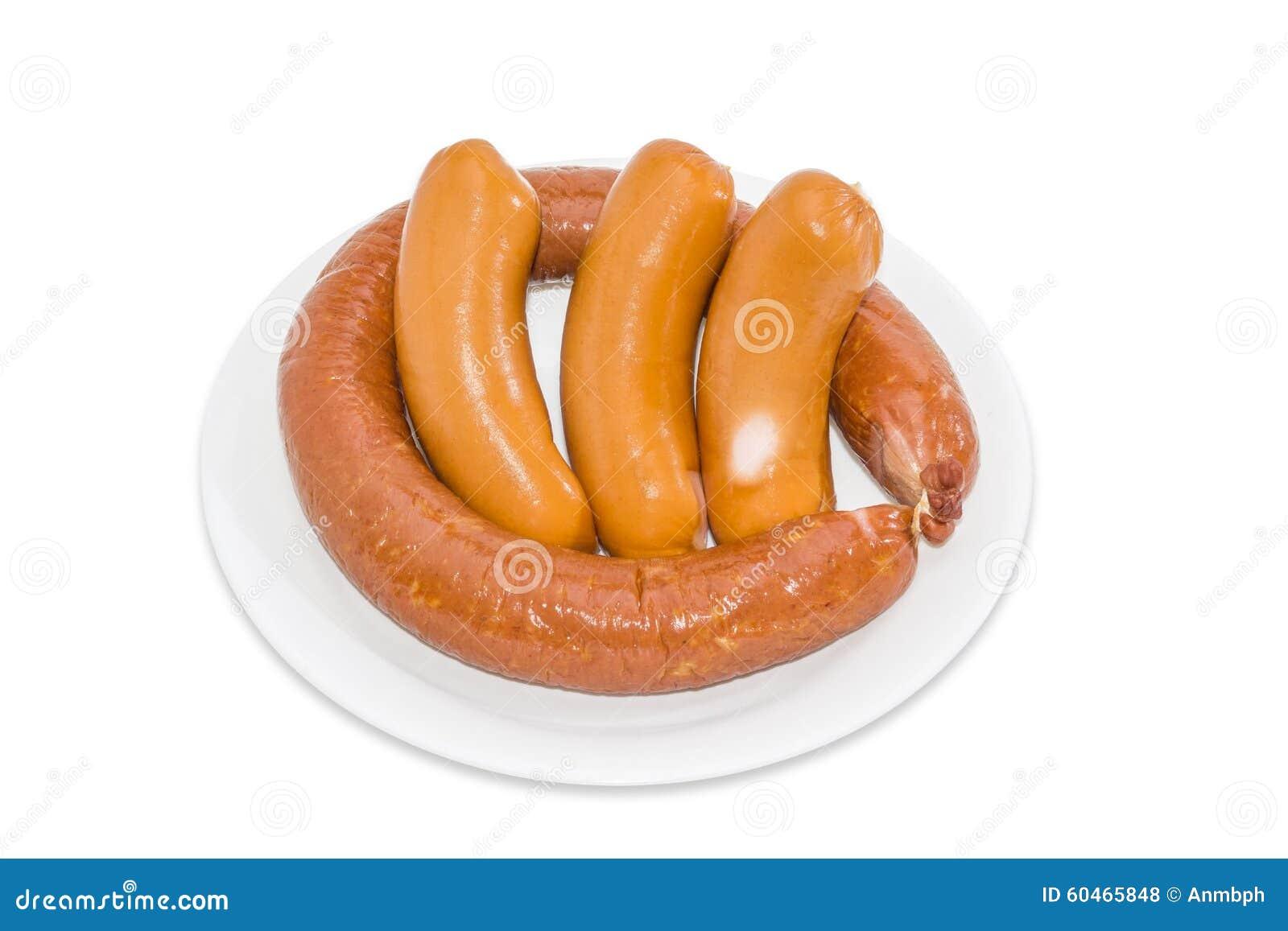 Saucisse et trois saucisses crues sur un fond clair