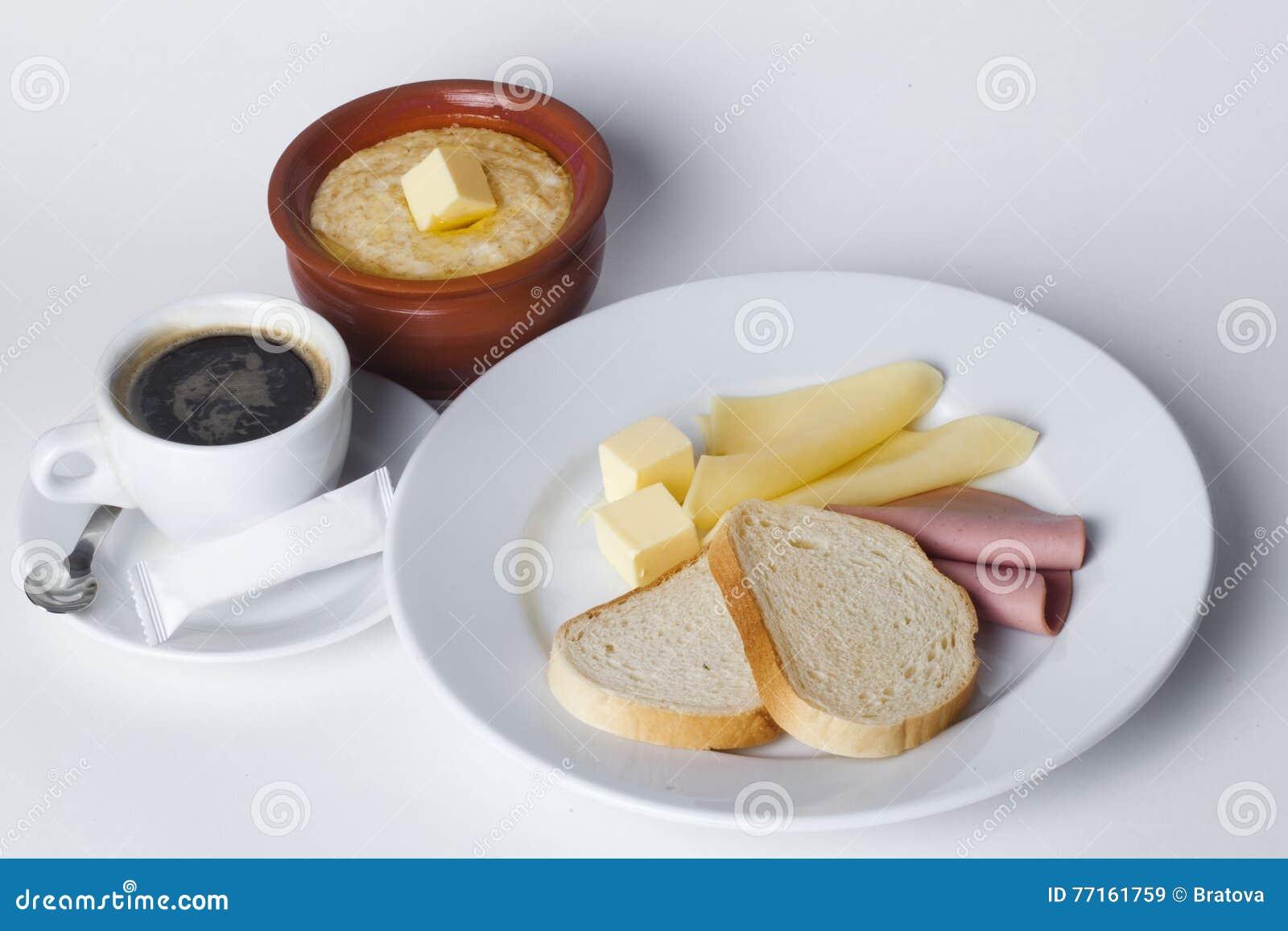 Saucisse, fromage, pain blanc, beurre, céréale, pot, café, ensemble de petit déjeuner