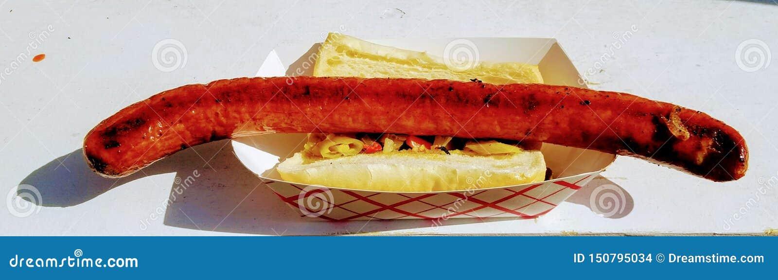 Saucisse grillée par chien surdimensionné d auge