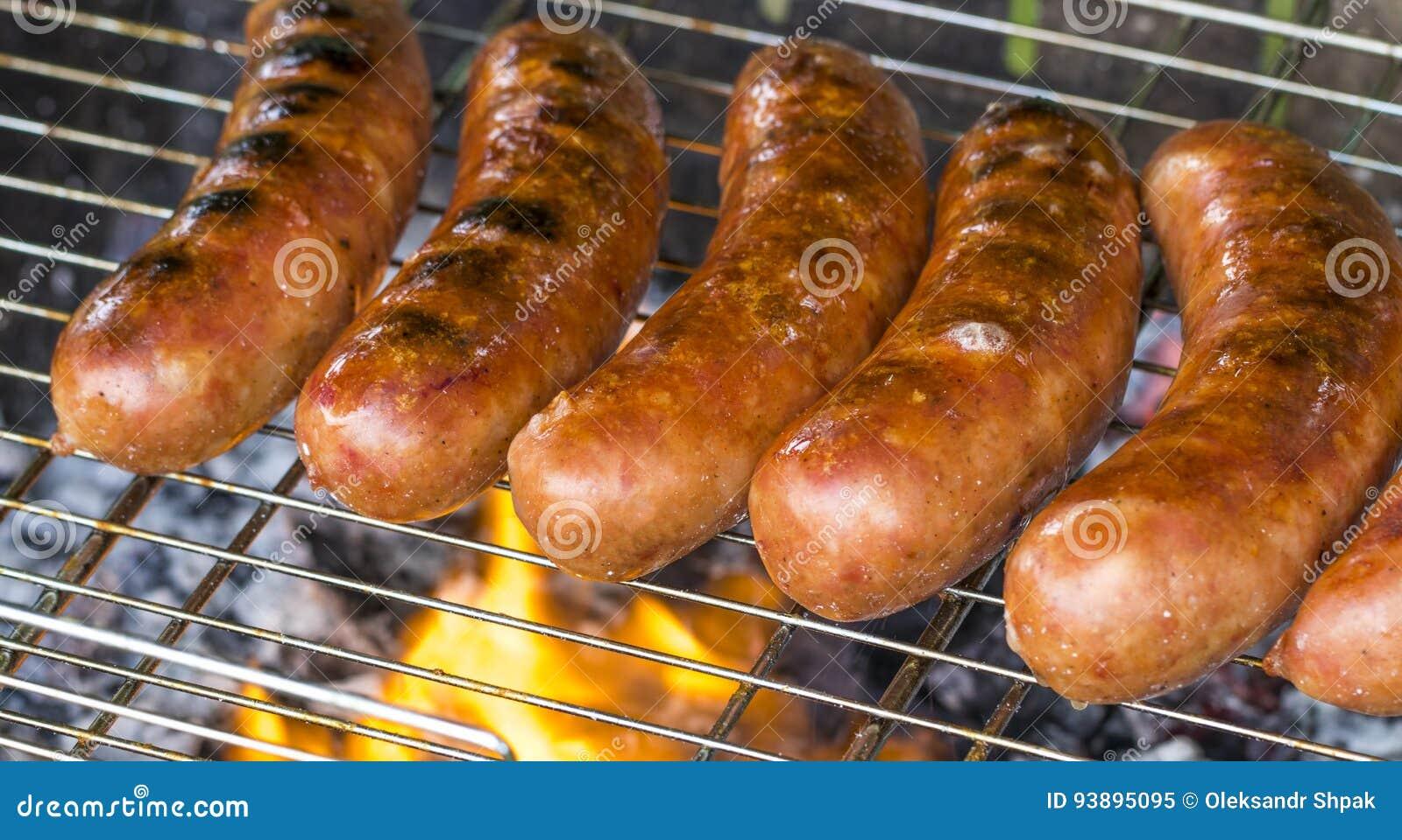 Saucisse grillée sur le gril flamboyant