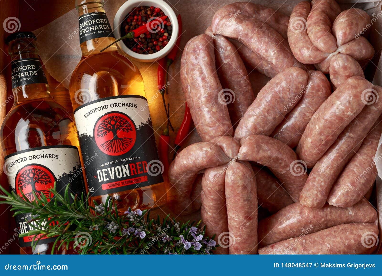 Saucisses crues nouvellement fabriqu?es de bouchers dans les peaux avec le cidre de pomme de vergers de Sanford, Devon, Royaume-U