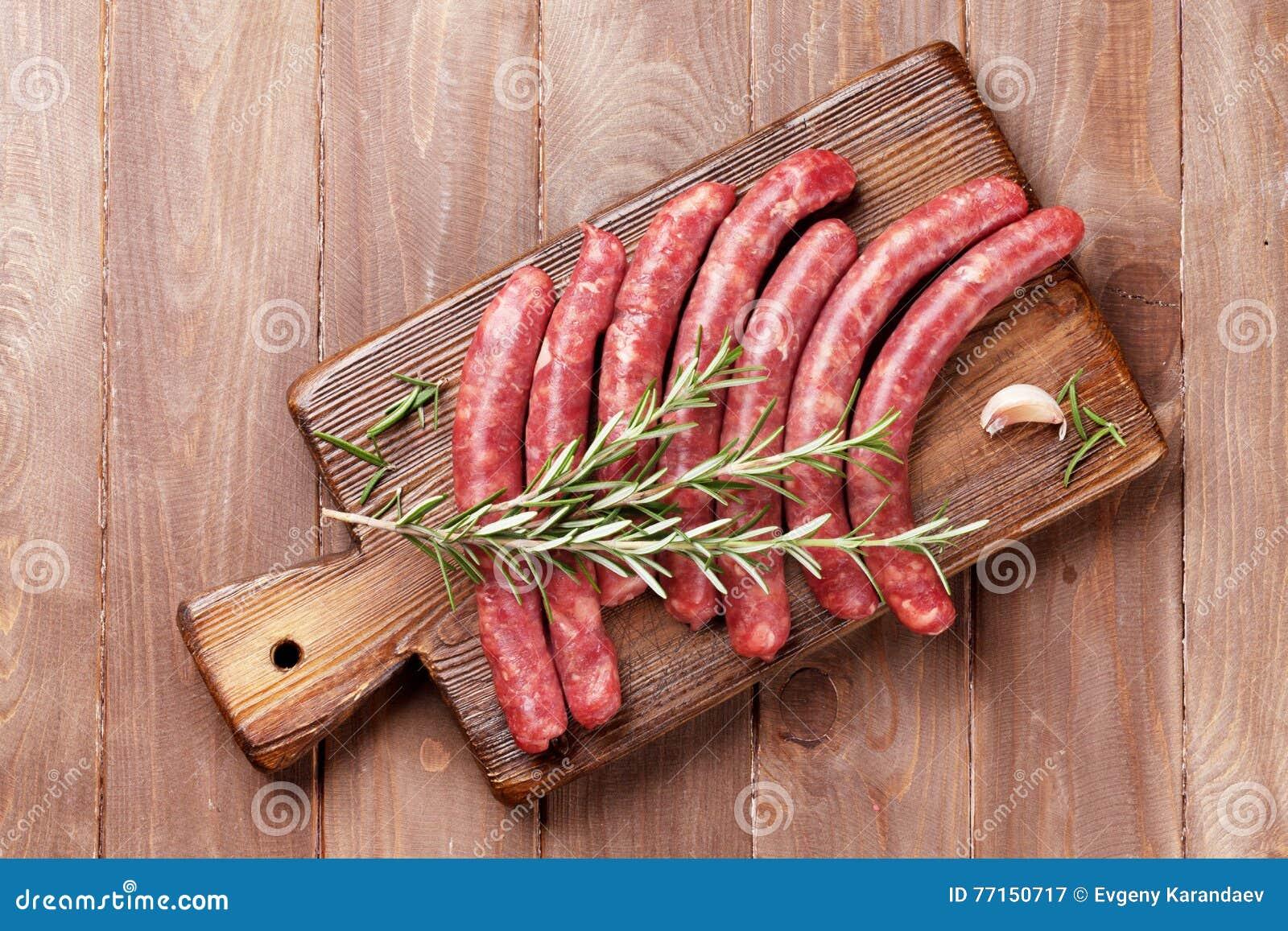 Saucisses et ingrédients crus pour la cuisson