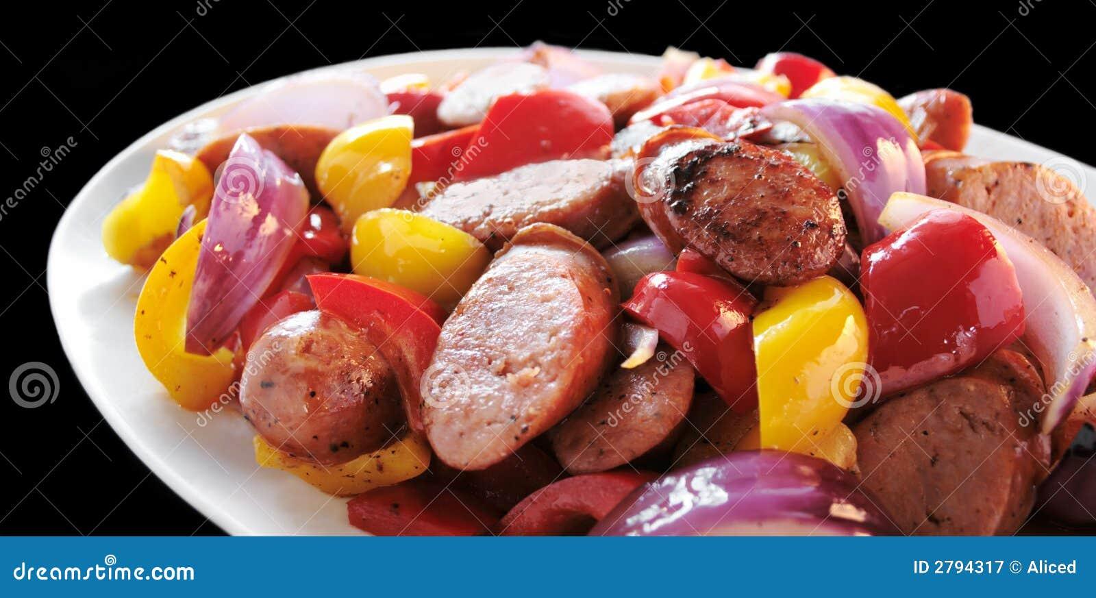 Saucisses et poivrons image stock. Image du poivrons
