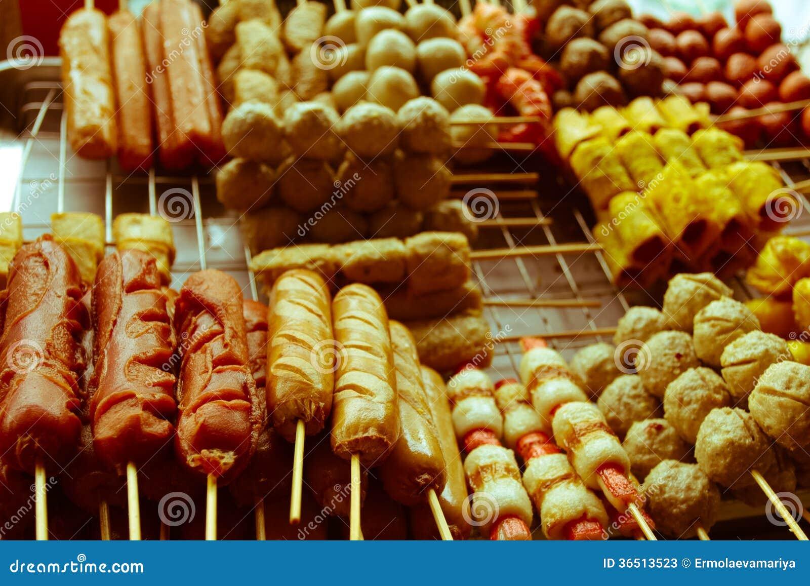 Saucisses frites et boulettes de viande vendues