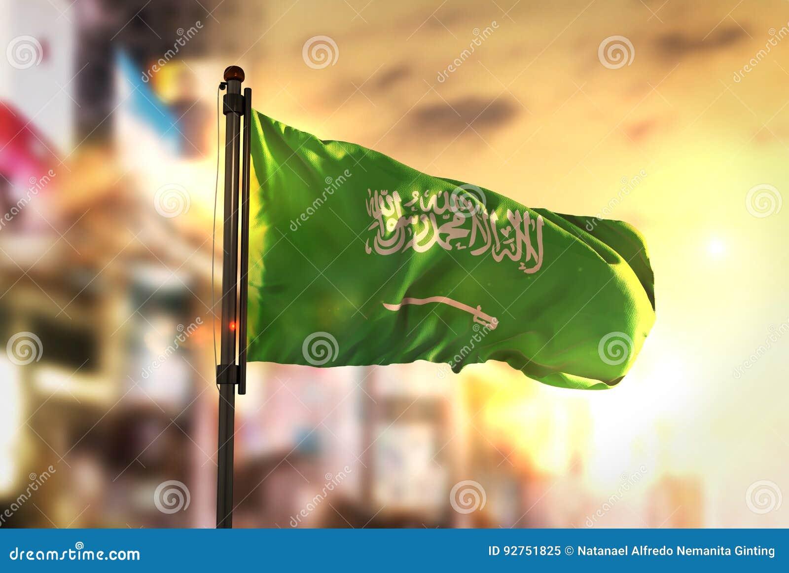 Saudi-Arabien Flagge gegen Stadt unscharfen Hintergrund an Sonnenaufgang-BAC