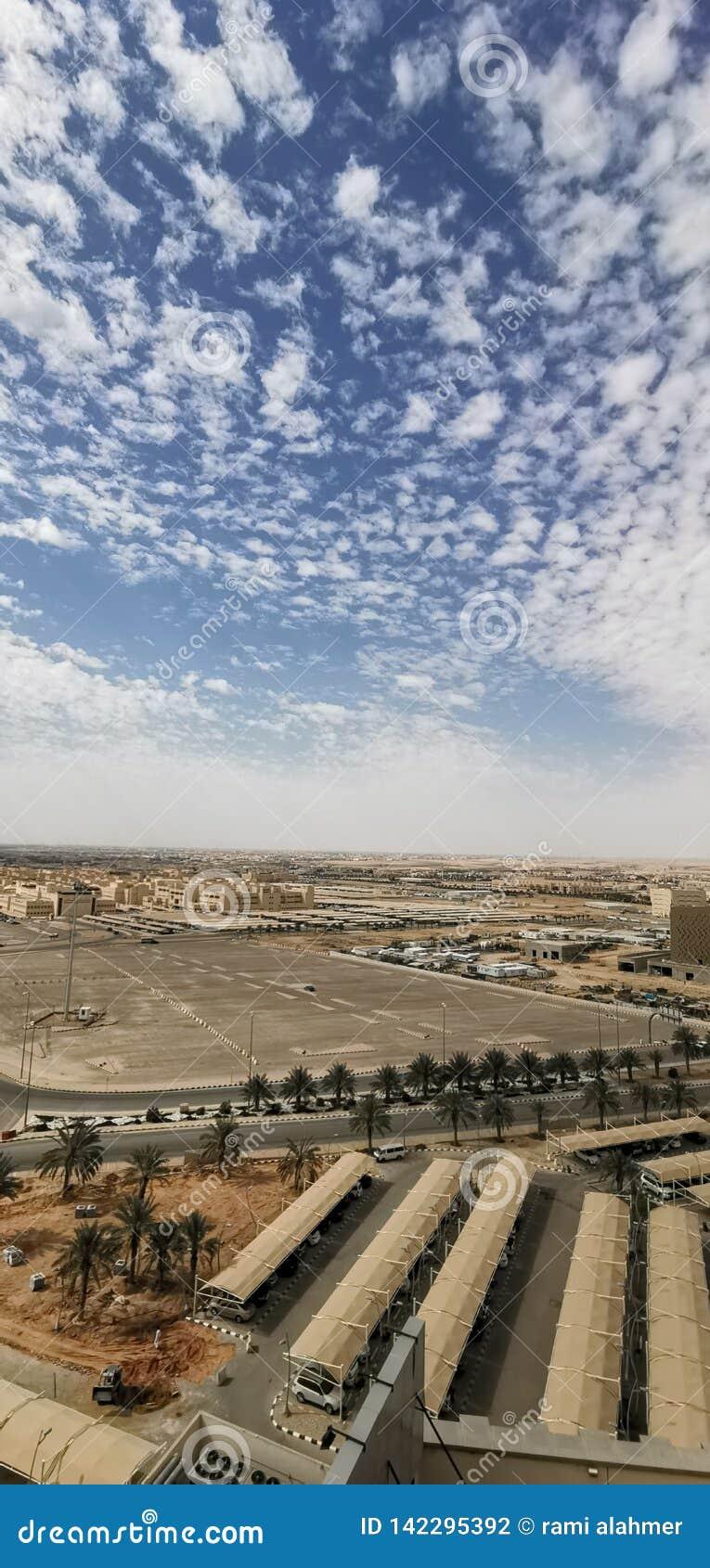 Saudi-Arabien Himmel bewölkt konkreten Himmel des schönen Baus