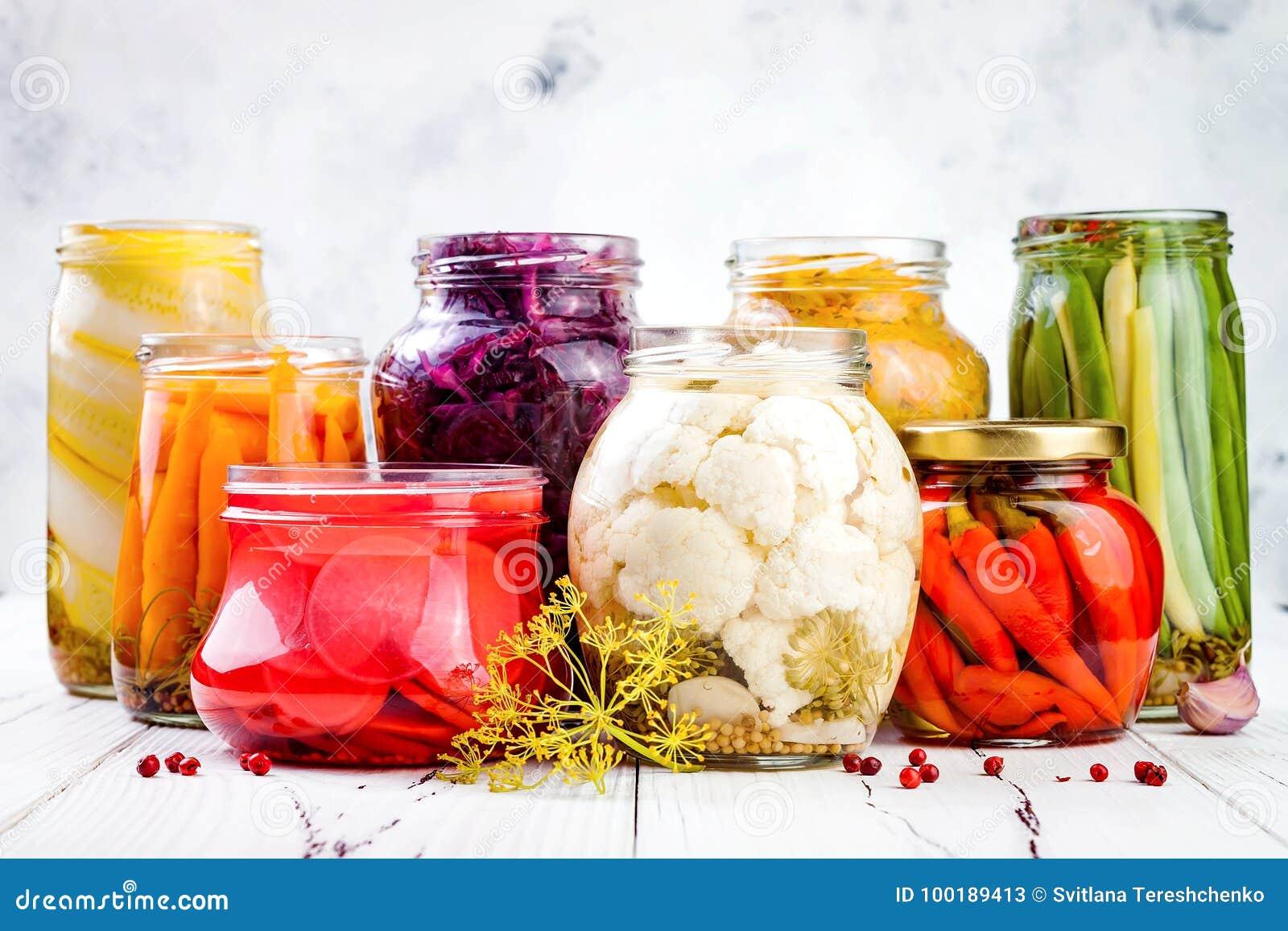Sauerkraut и marinated разнообразие солениь сохраняя опарникы Домодельные бураки красной капусты, kraut турмерина,