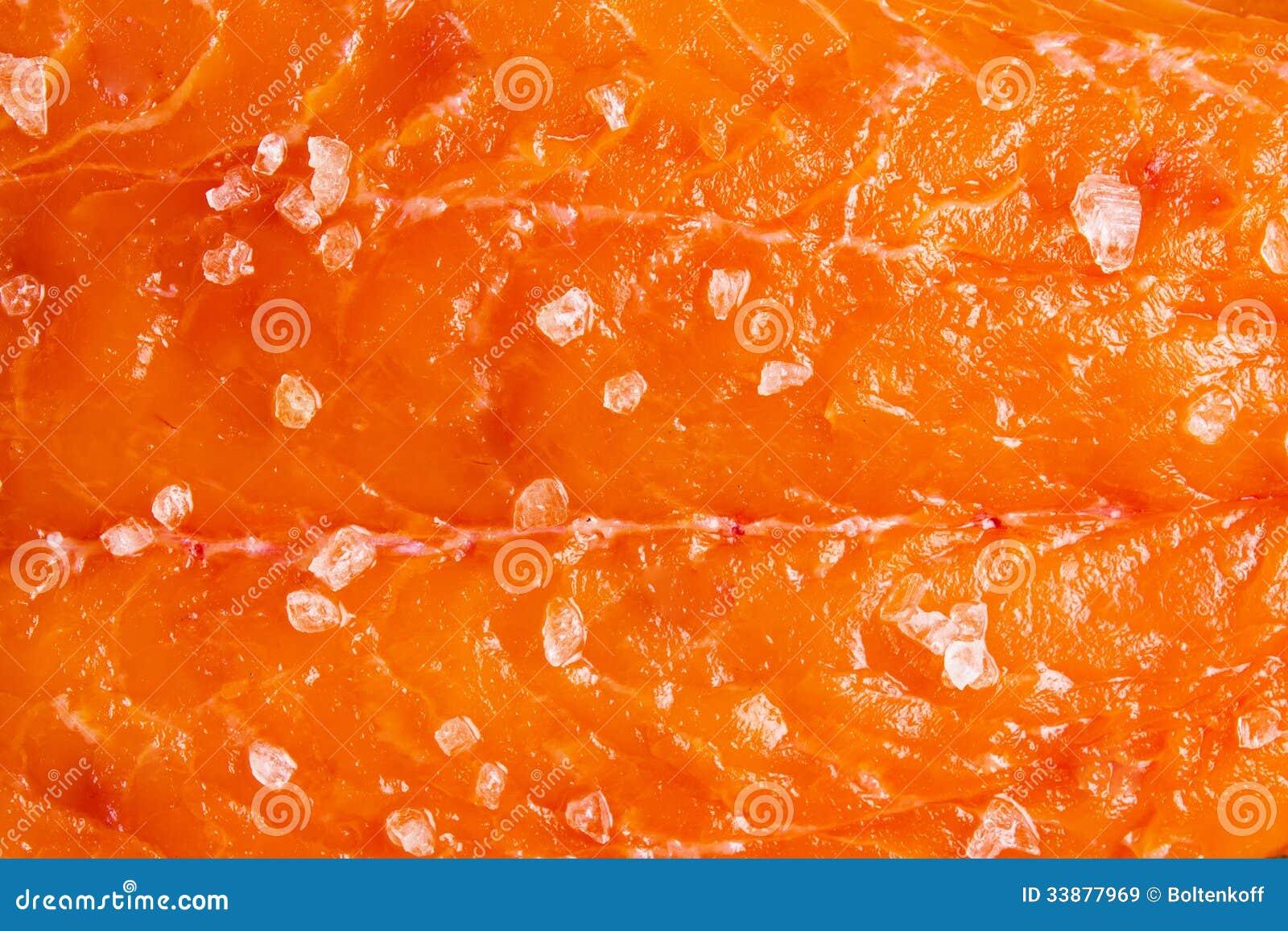 Saumons avec du sel de mer