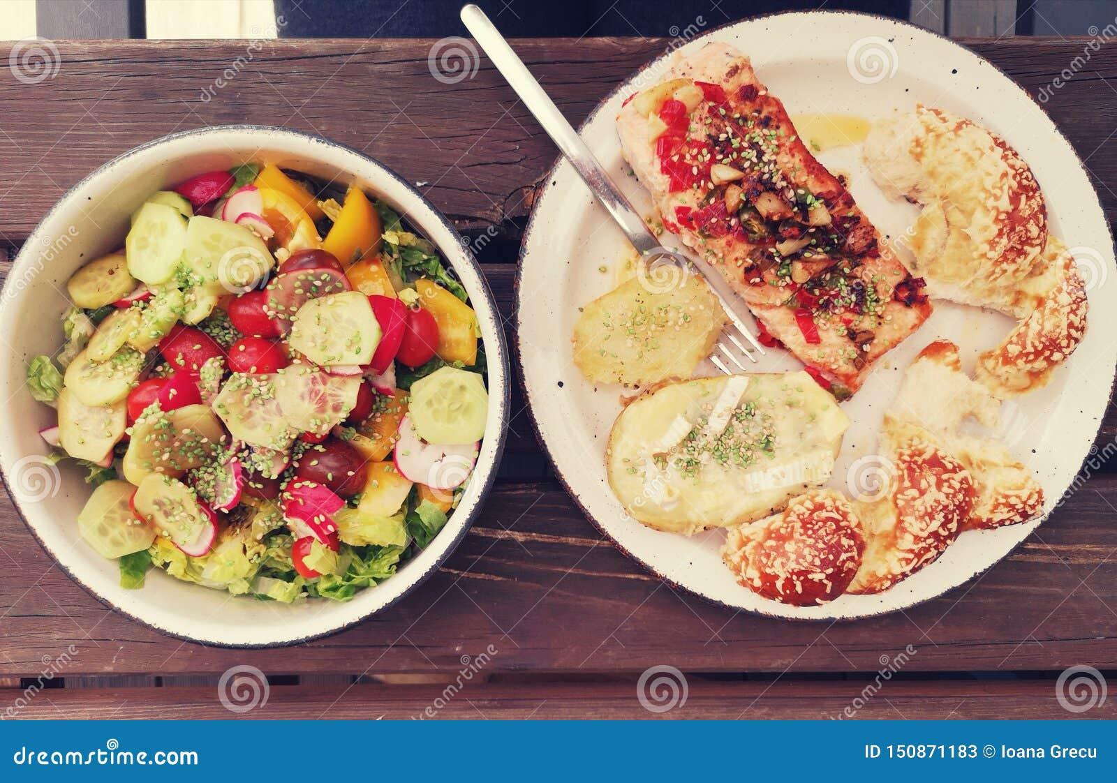 Saumons sauvages avec la pomme de terre et la salade