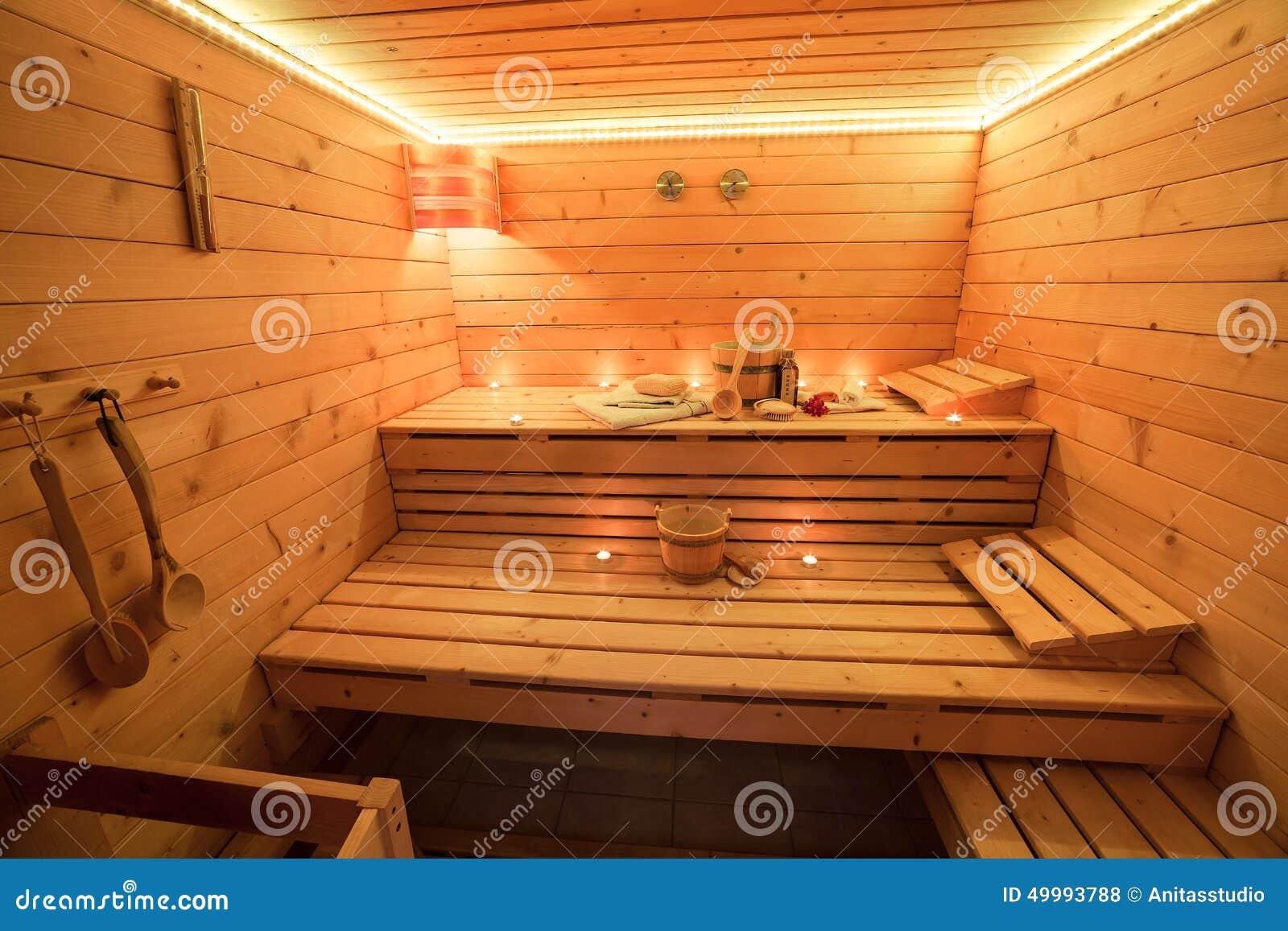 Sauna de madera en la luz de una vela foto de archivo - Madera para sauna ...