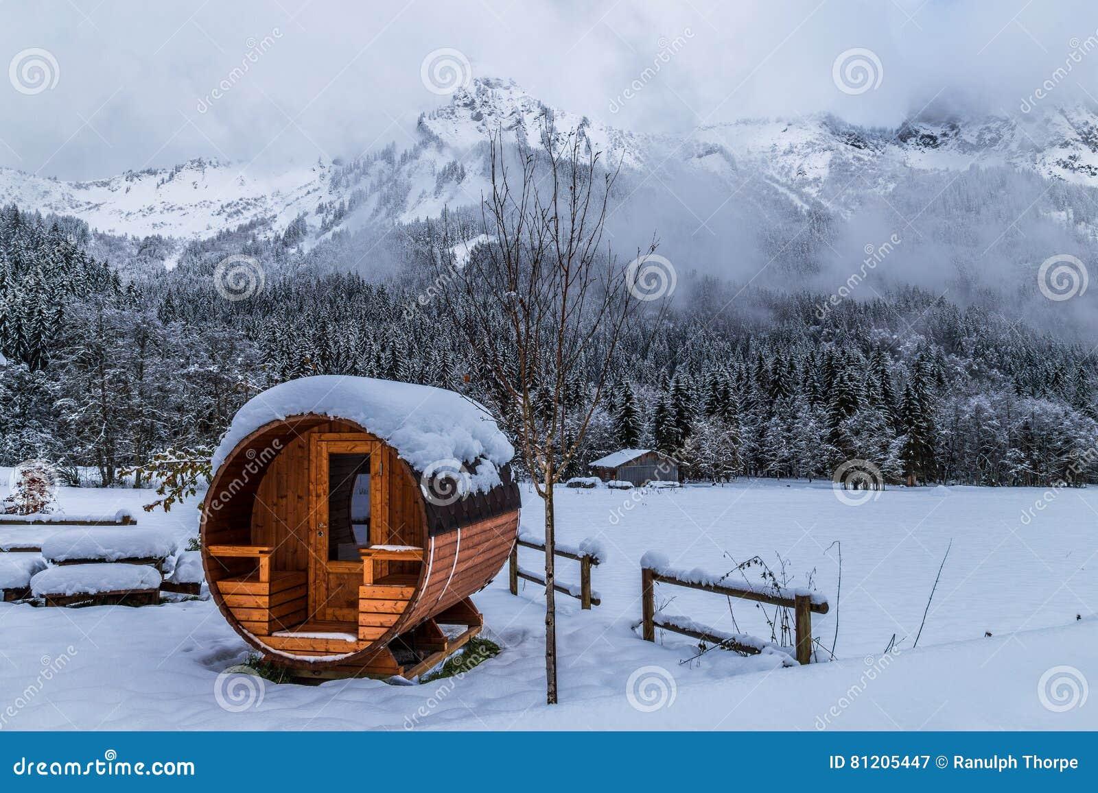 Sauna im Freien in den schneebedeckten Alpen