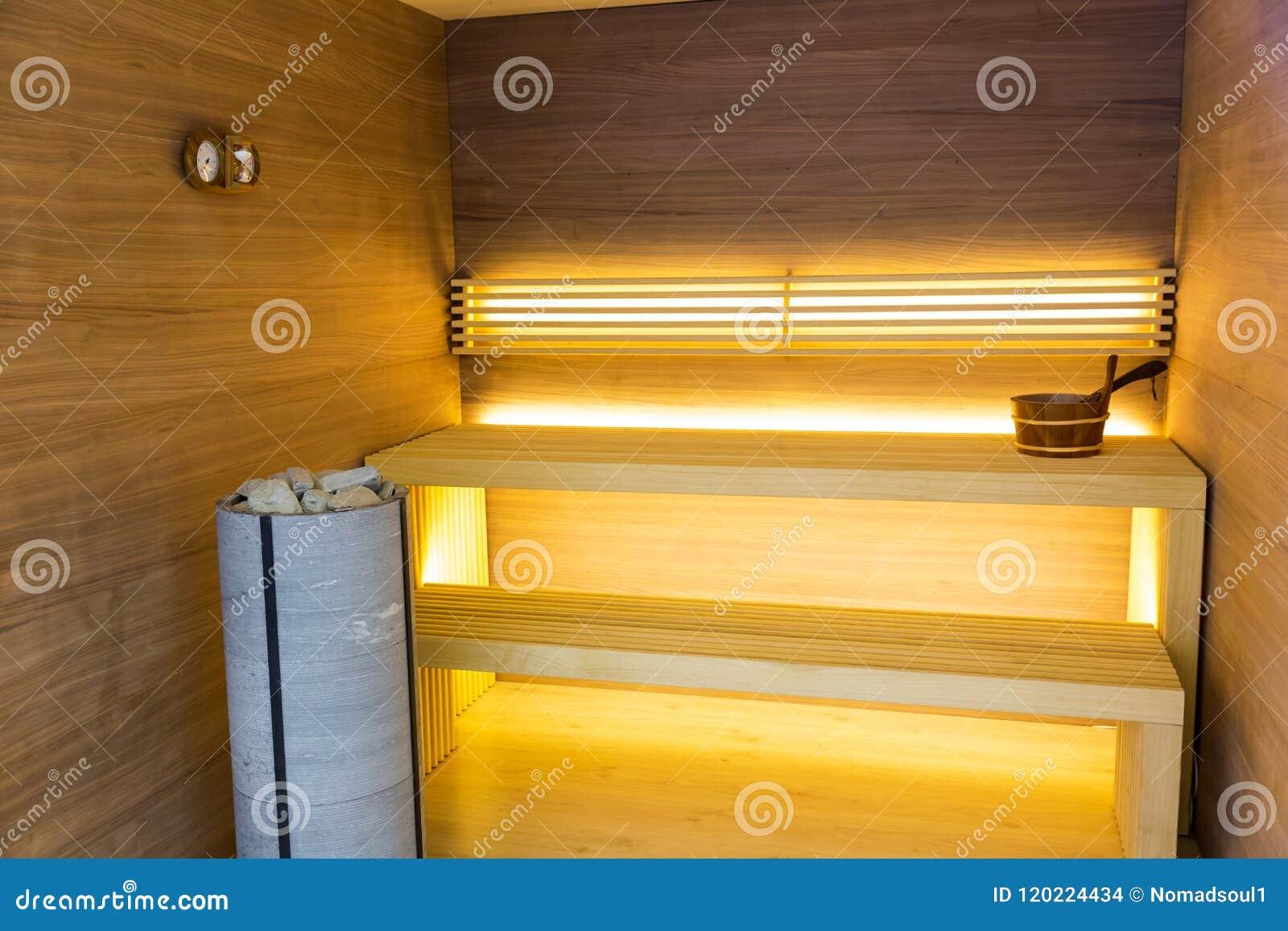 Sauna Interieur En Bois Banc Et Pierres Personne Photo Stock