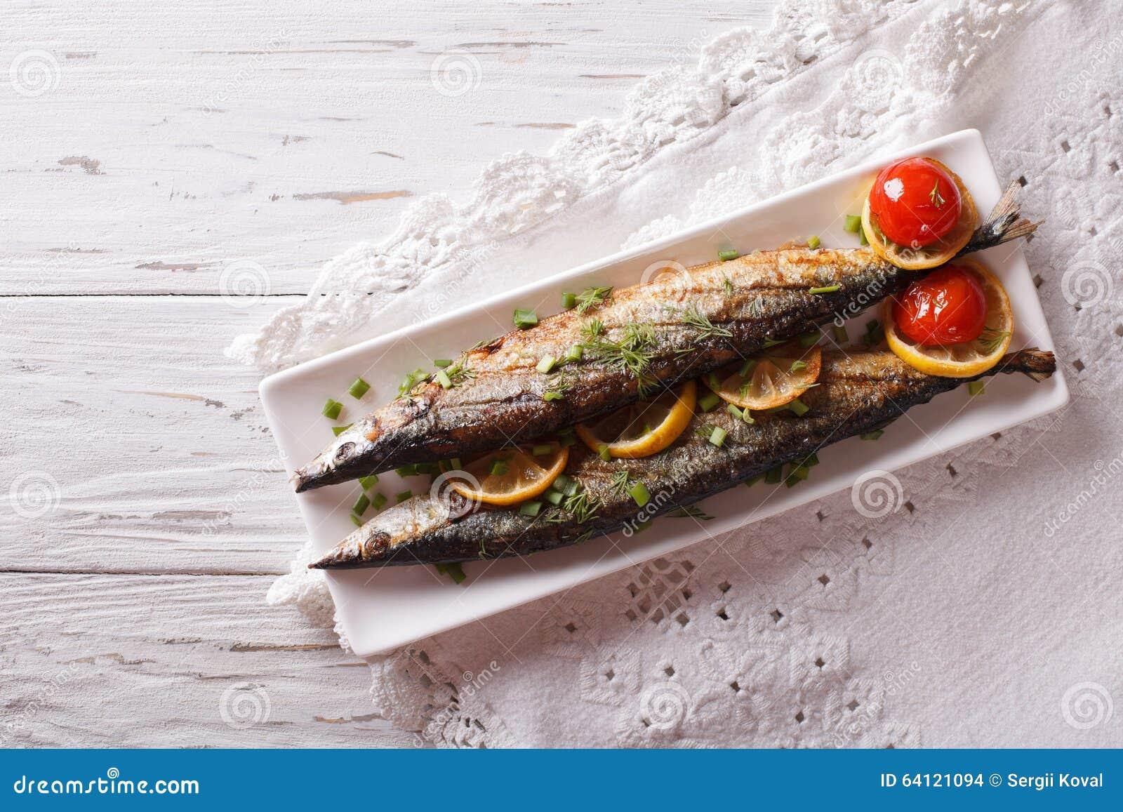 Saury som grillas med grönsaker på en platta horisontalbästa sikt