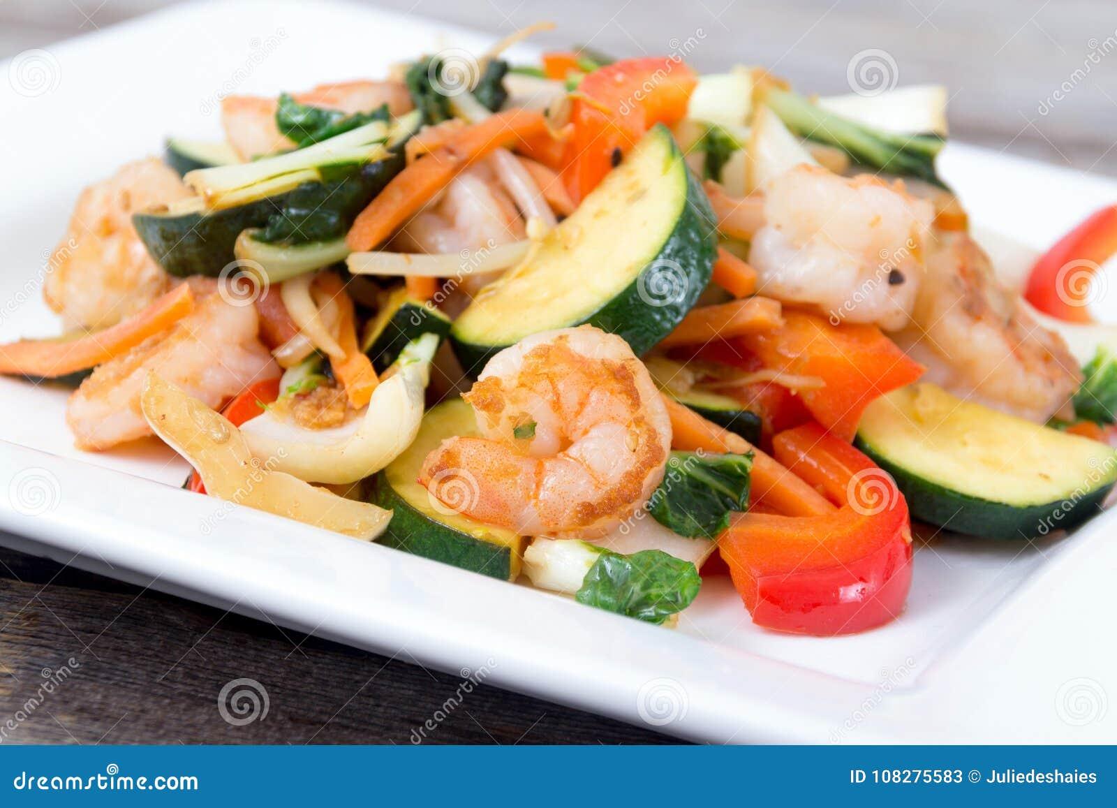 Sauté de crevette avec le dîner de légumes