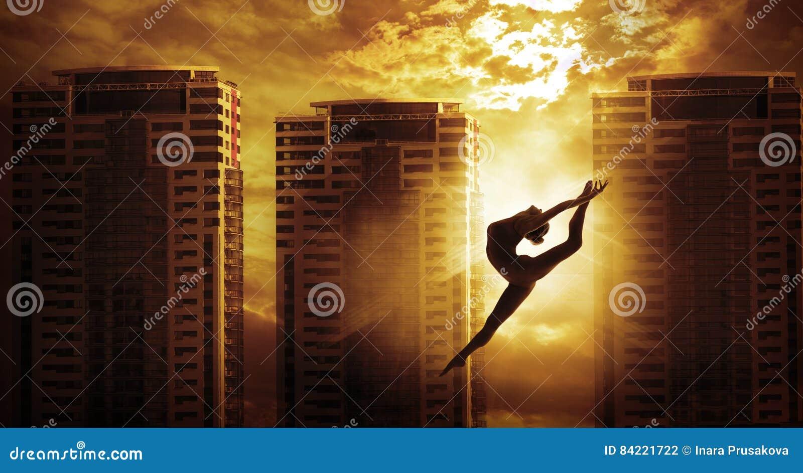 Saut ayant beaucoup d étages de danse de femme de sport de bâtiment, danseur Silhouette