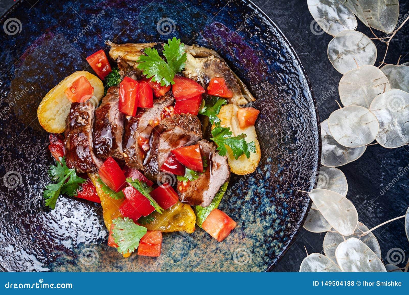 Sauteed grönsaker med steknötkött i bästa sikt för mörk platta Sund mat som bantar varm sallad med kopieringsutrymme