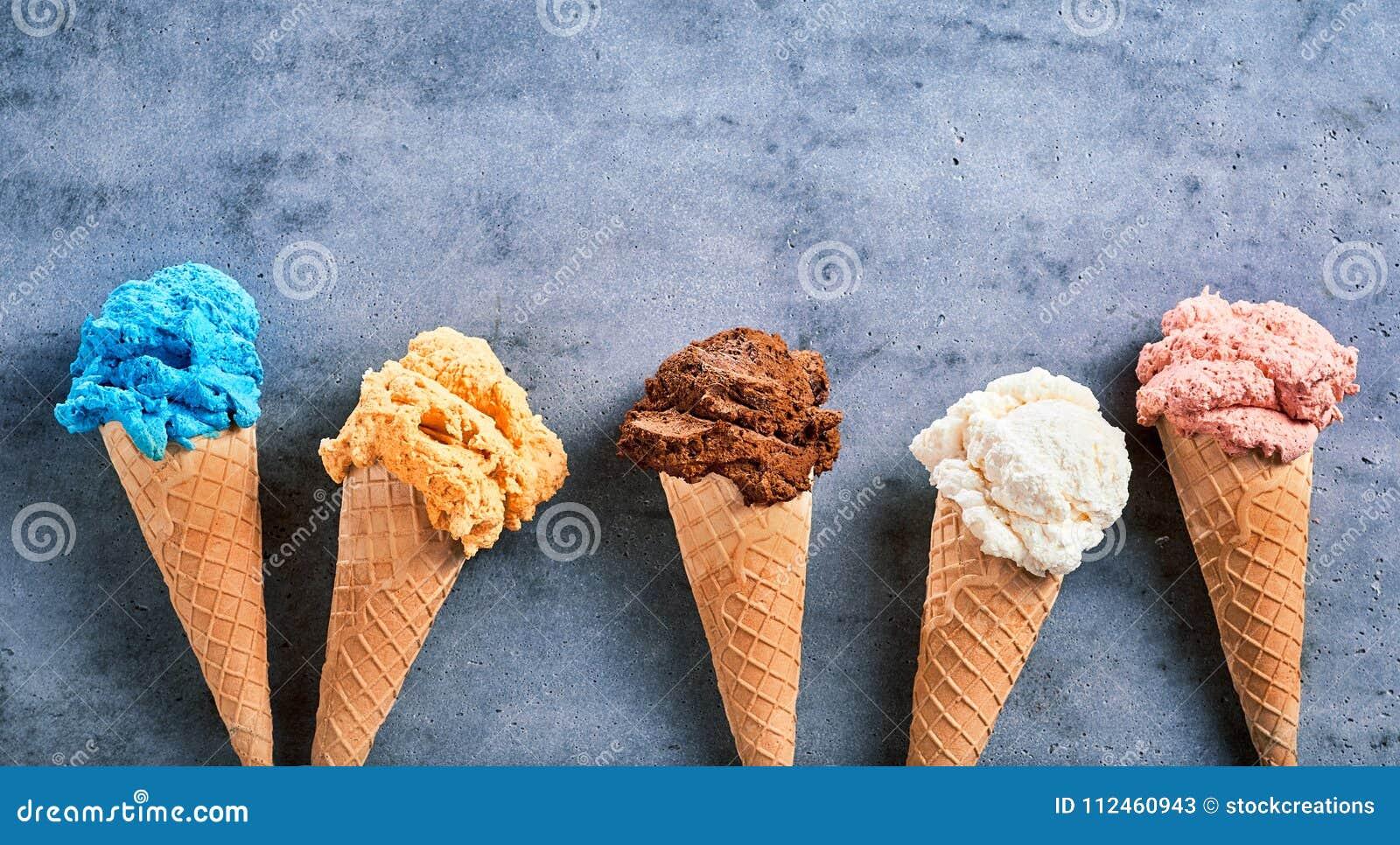 Saveurs assorties de crème glacée dans les cônes dans une bannière