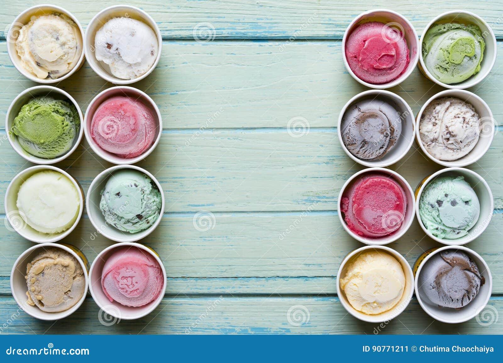 Saveurs de crème glacée de vue supérieure dans la tasse sur le fond en bois