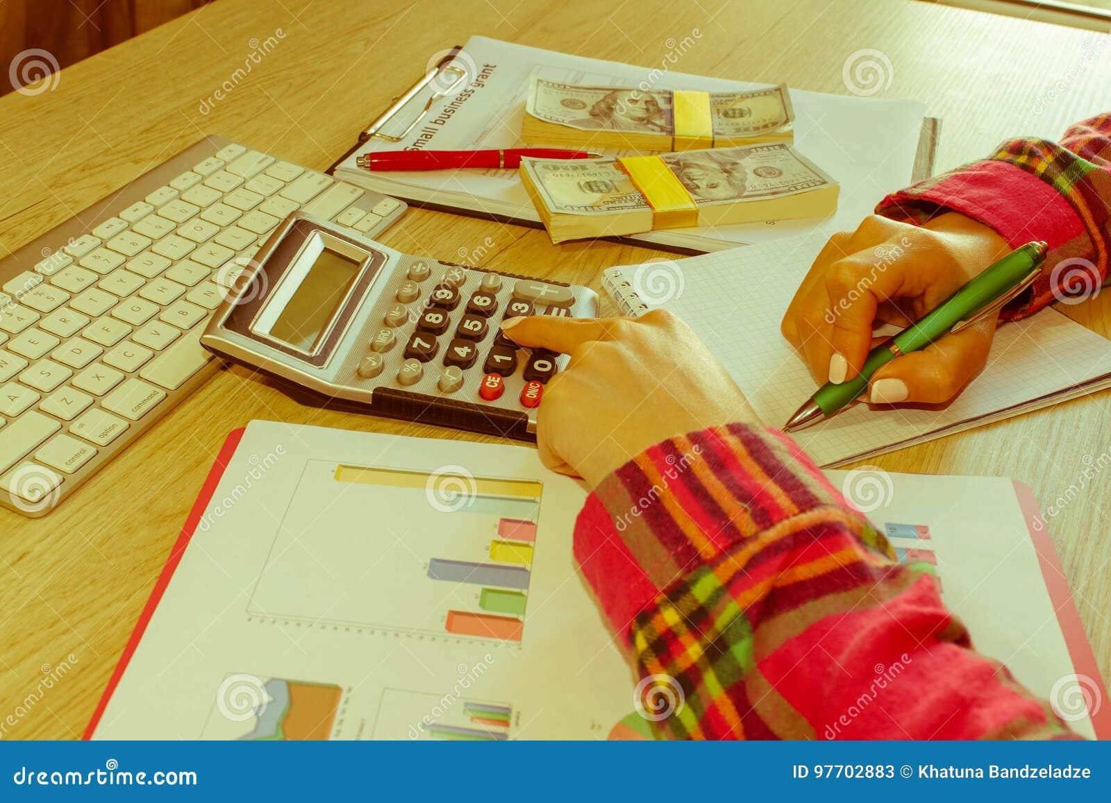 Savings, finanse, dotacja, gospodarka i domowy pojęcie, - kobieta z kalkulatorem pieniądze i robić w domu notatki,