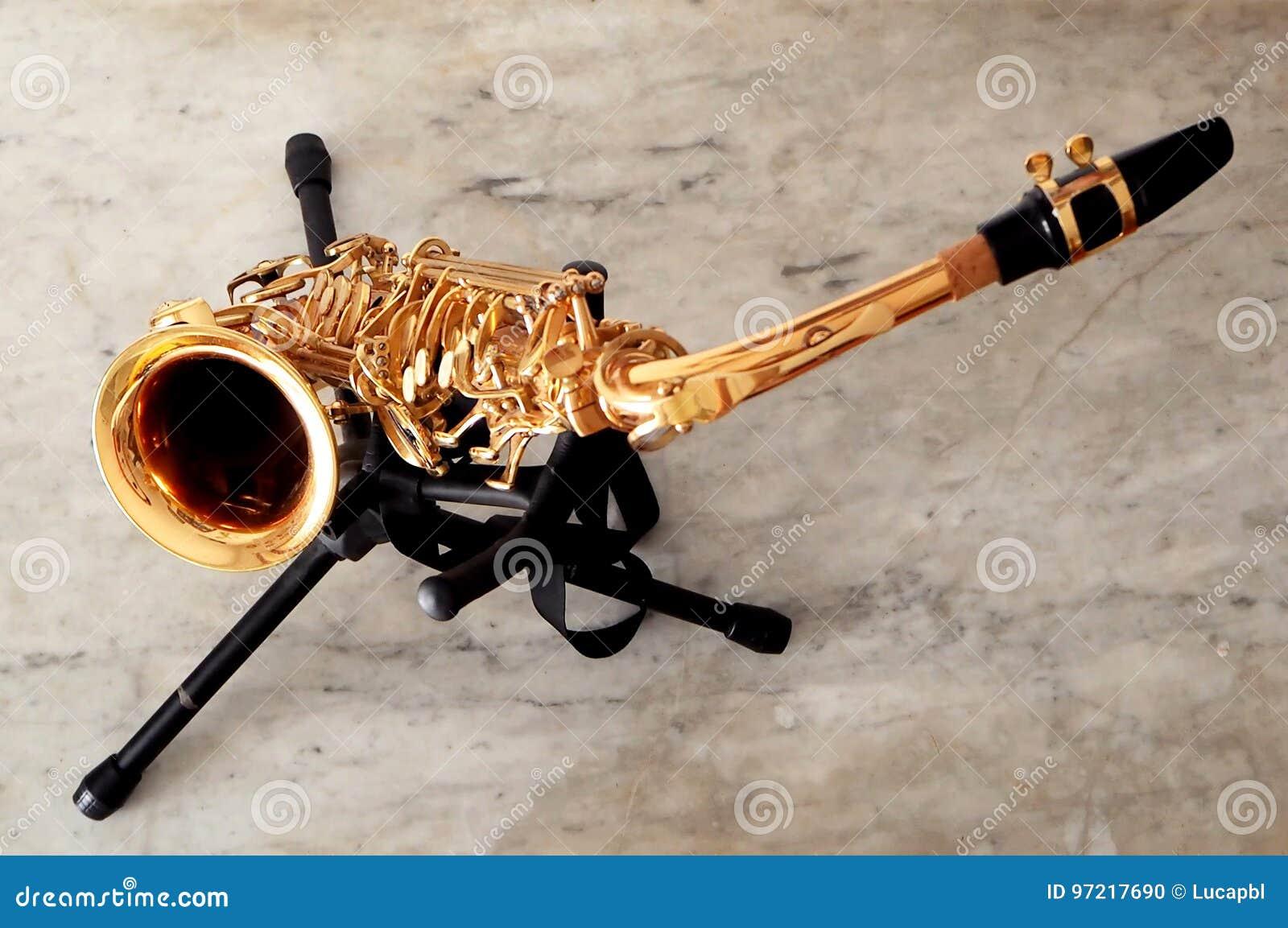 Saxofon på dess ställning