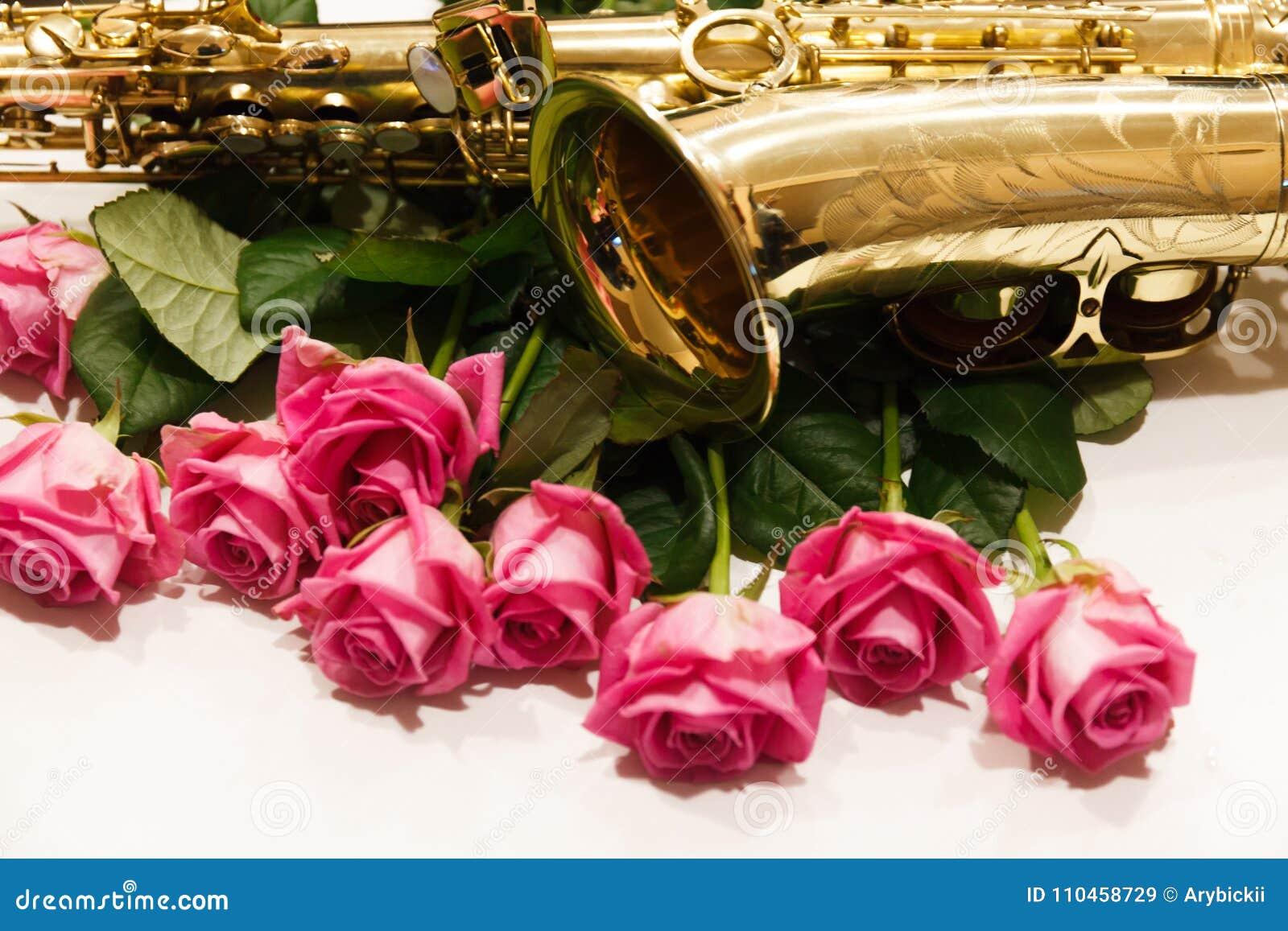 Saxofonen med rosor stänger sig upp