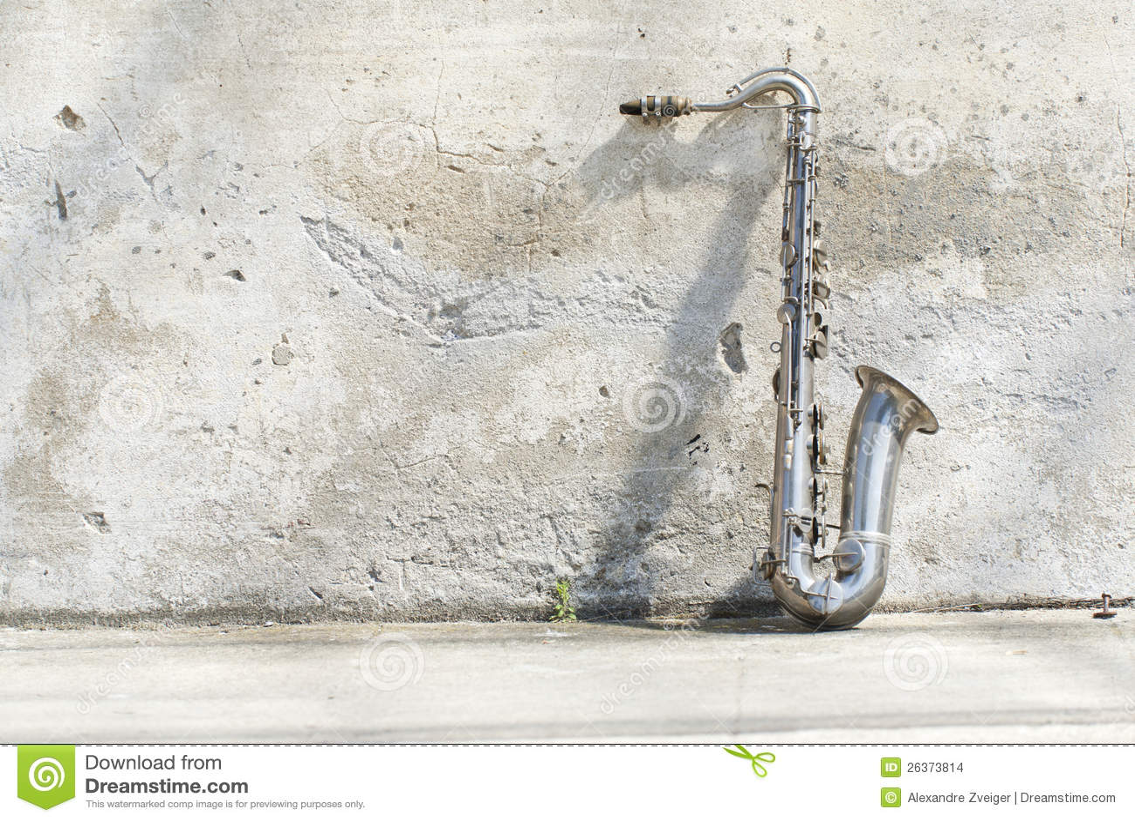Saxophon vor einer Weinlesewand