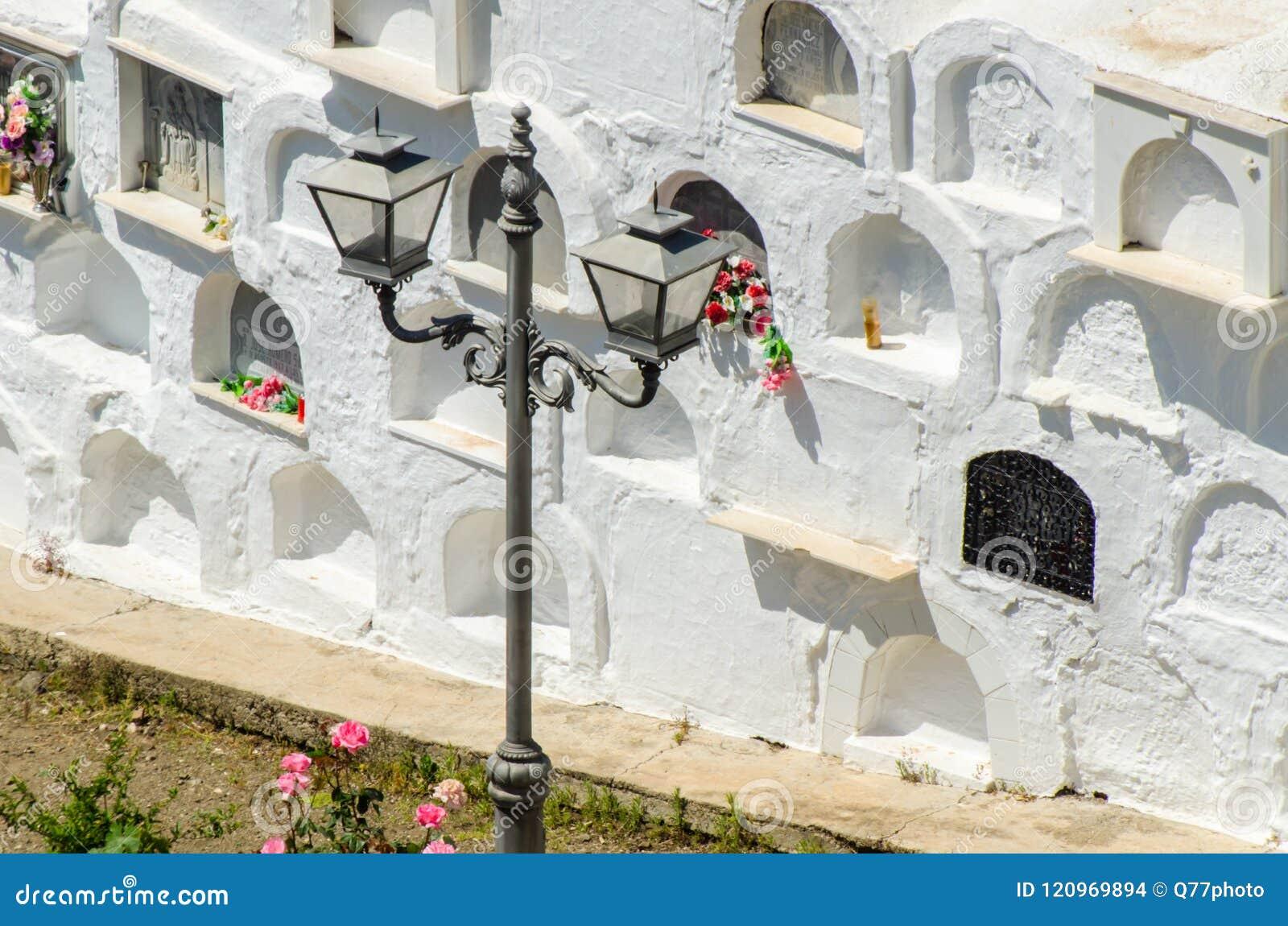 SAYALONGA, ΙΣΠΑΝΙΑ - 6 Μαΐου 2018 χαρακτηριστικό ισπανικό νεκροταφείο στο ρ