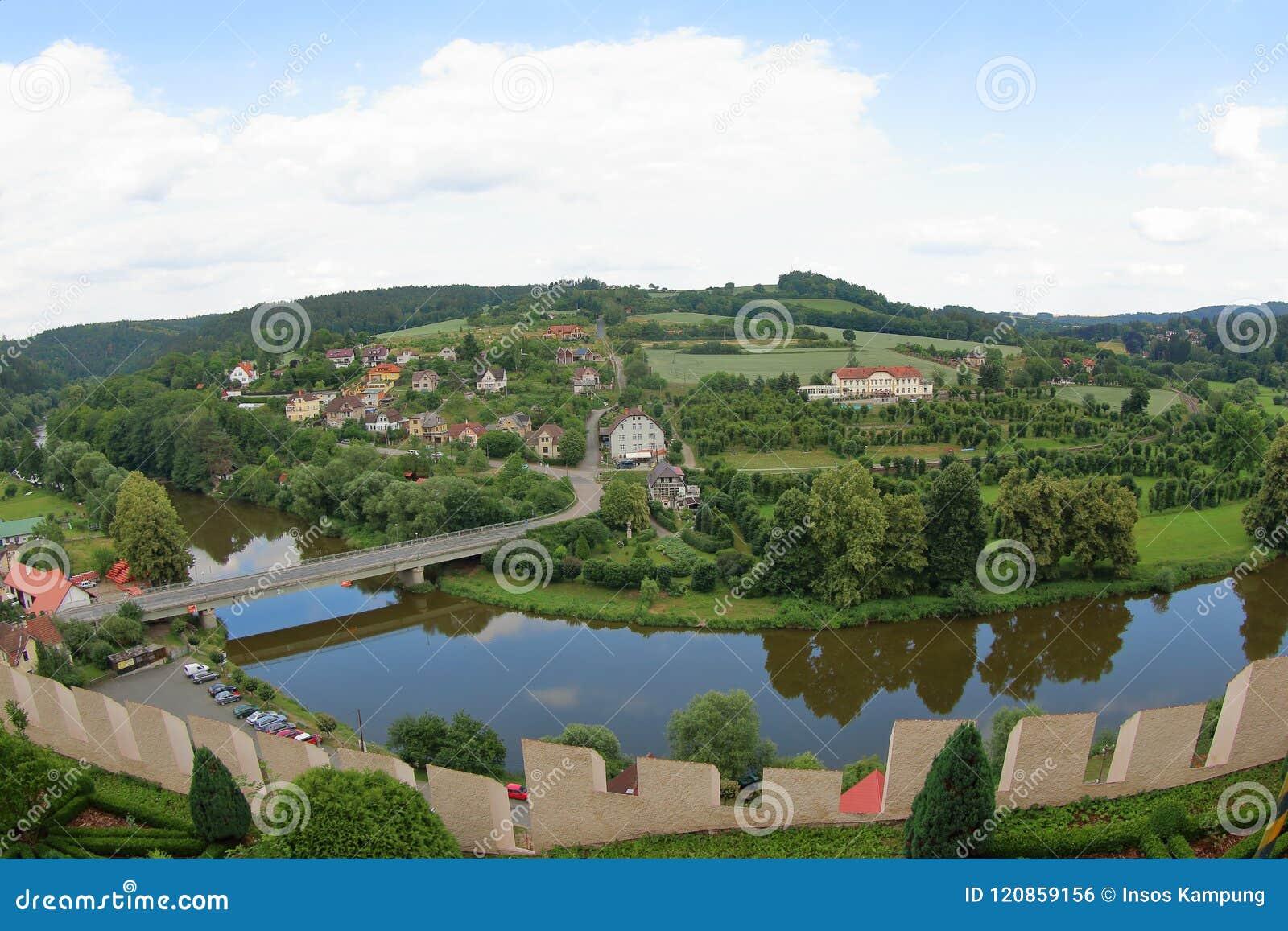 Sazavarivier en het Dorp van Cesky Sternberk, Czechia