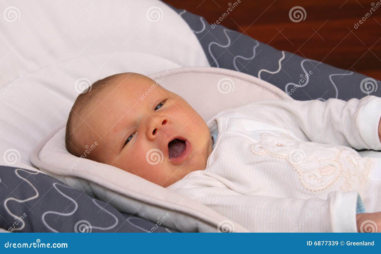 Sbadiglio appena nato del bambino immagini stock libere da for Tartarughe appena nate