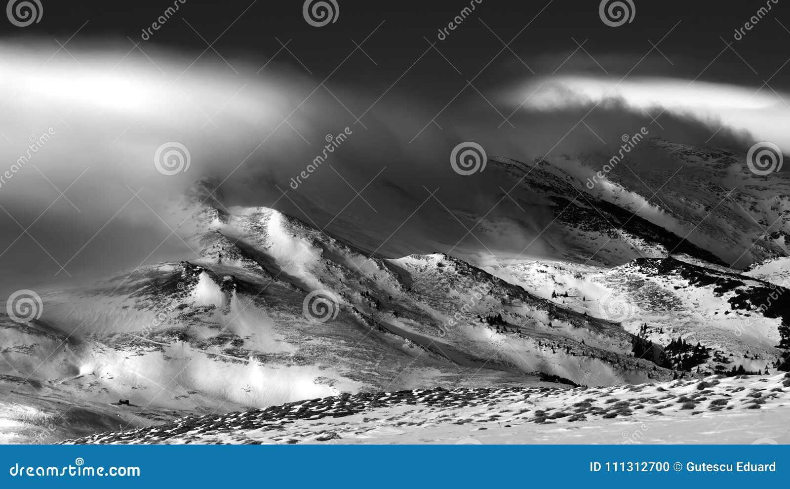 Scène d hiver dans l environnement de montagnes, à distance et dur carpathien